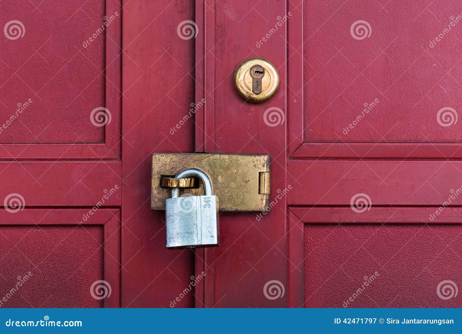 Rote Tür mit Verriegelung
