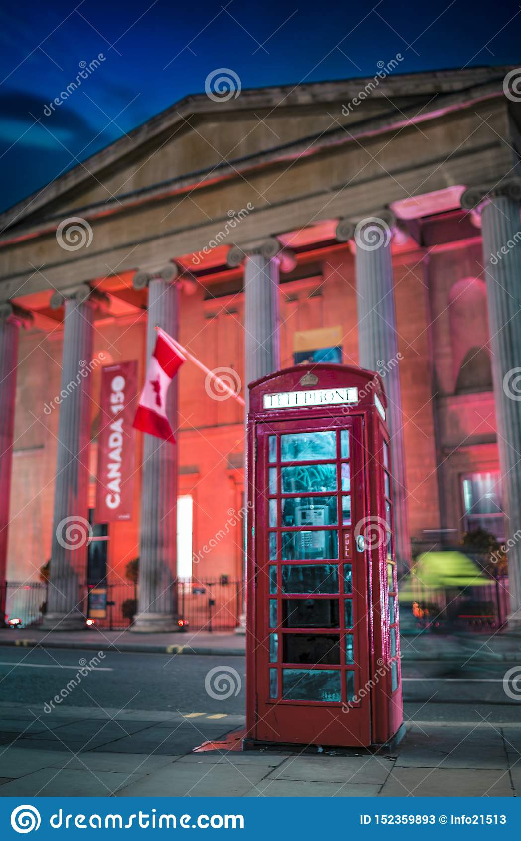 Rote Telefonzelle und Kanada-Haus nachts