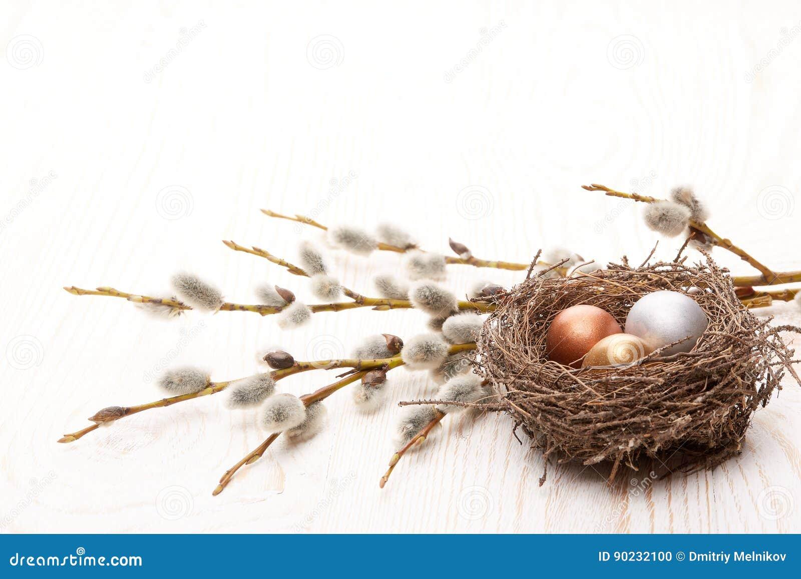 Rote Tulpe und farbige Eier