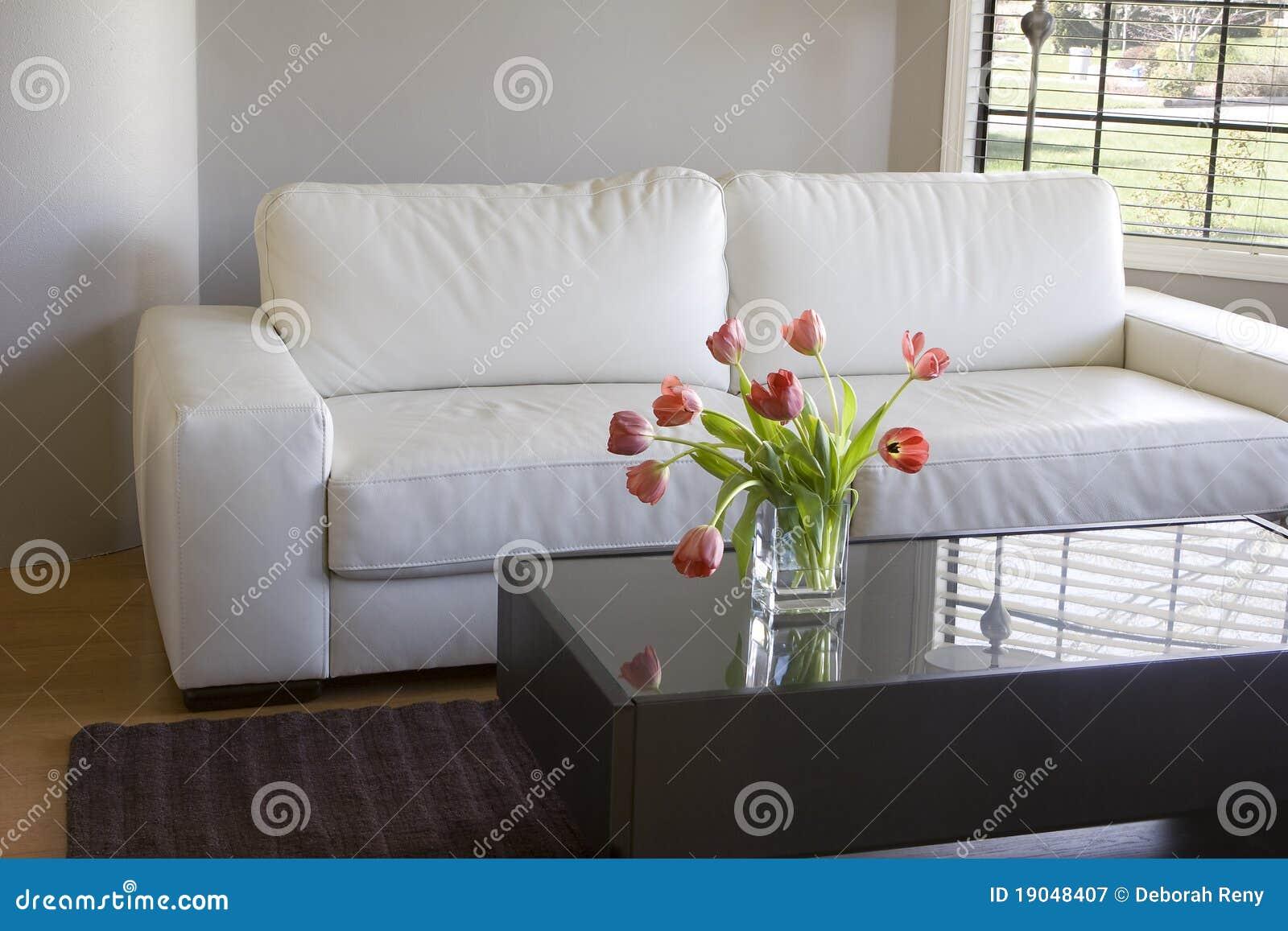 Rote Tulpen Im Modernen Wohnzimmer - Hauptdekor Lizenzfreie ...
