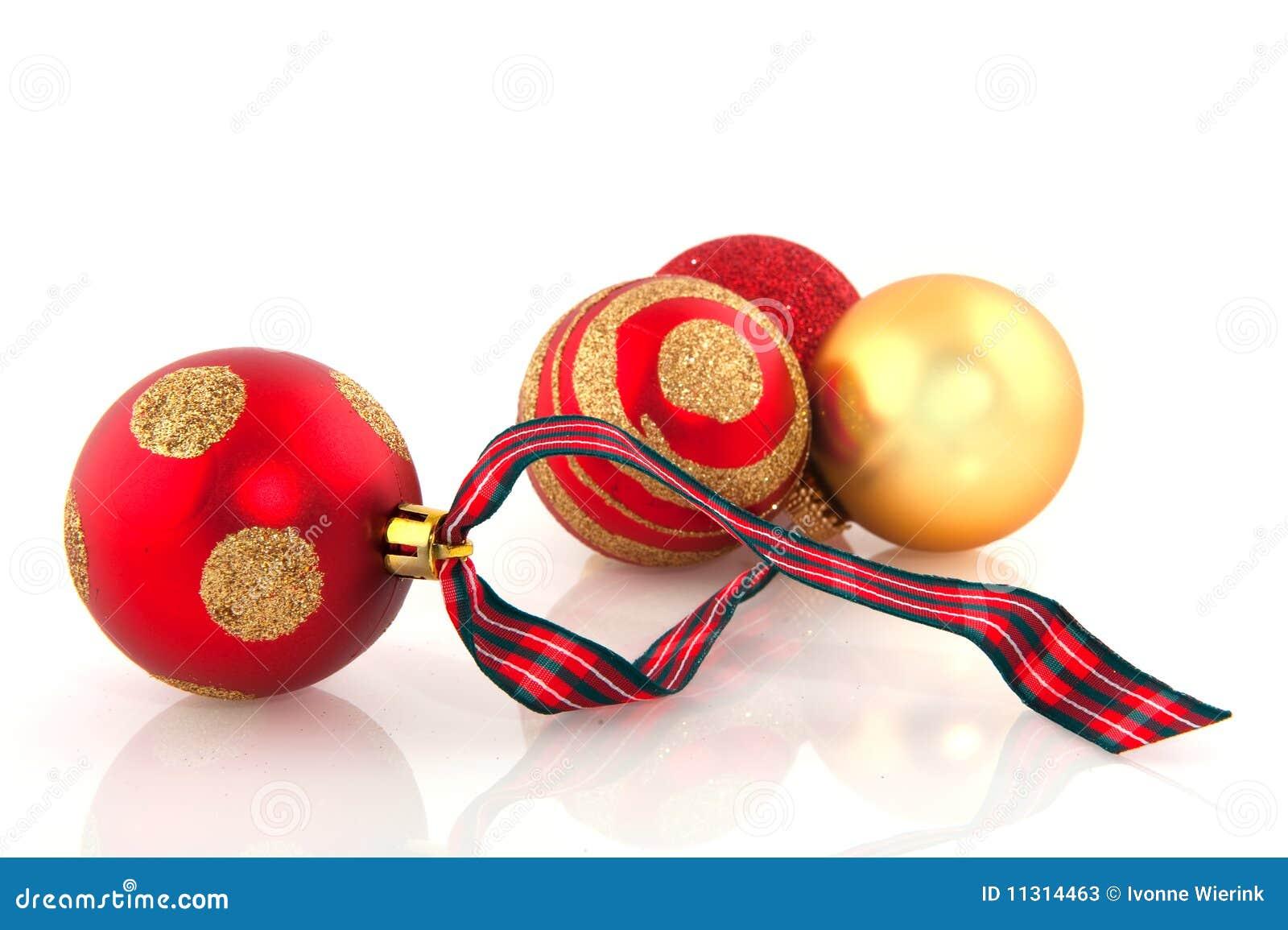 Rote und goldene Weihnachtskugeln