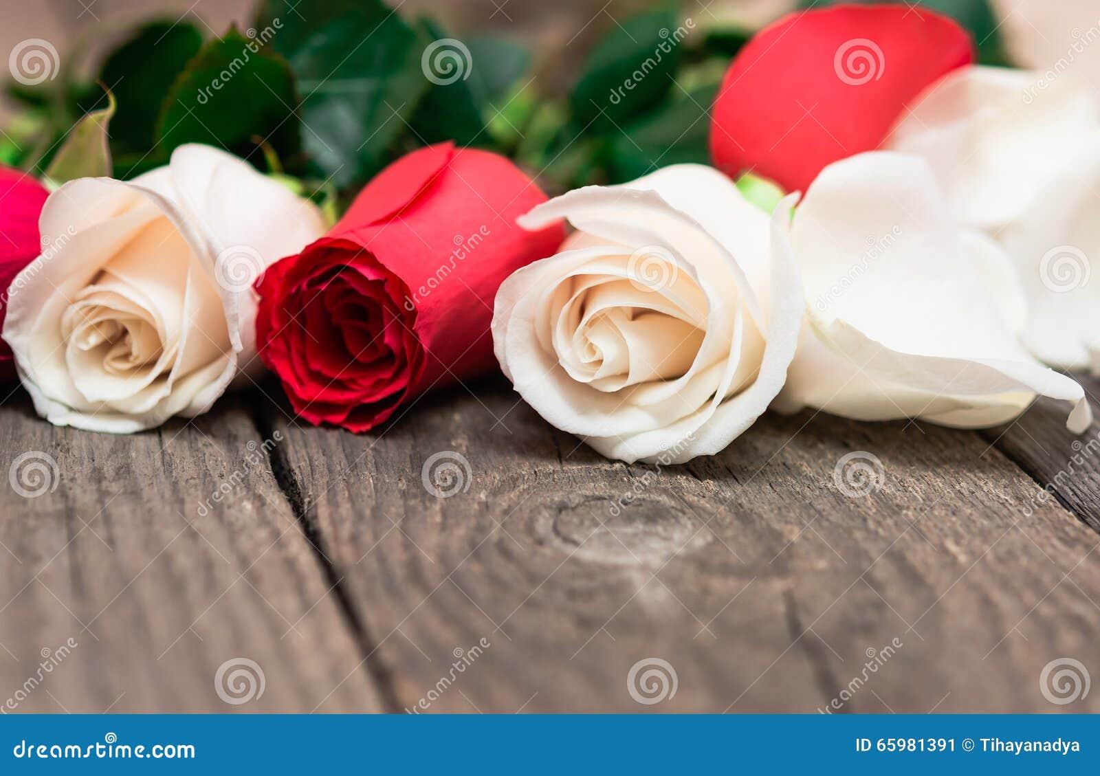 rote und wei e rosen auf h lzernem hintergrund tag women s valentin stockfoto bild 65981391. Black Bedroom Furniture Sets. Home Design Ideas
