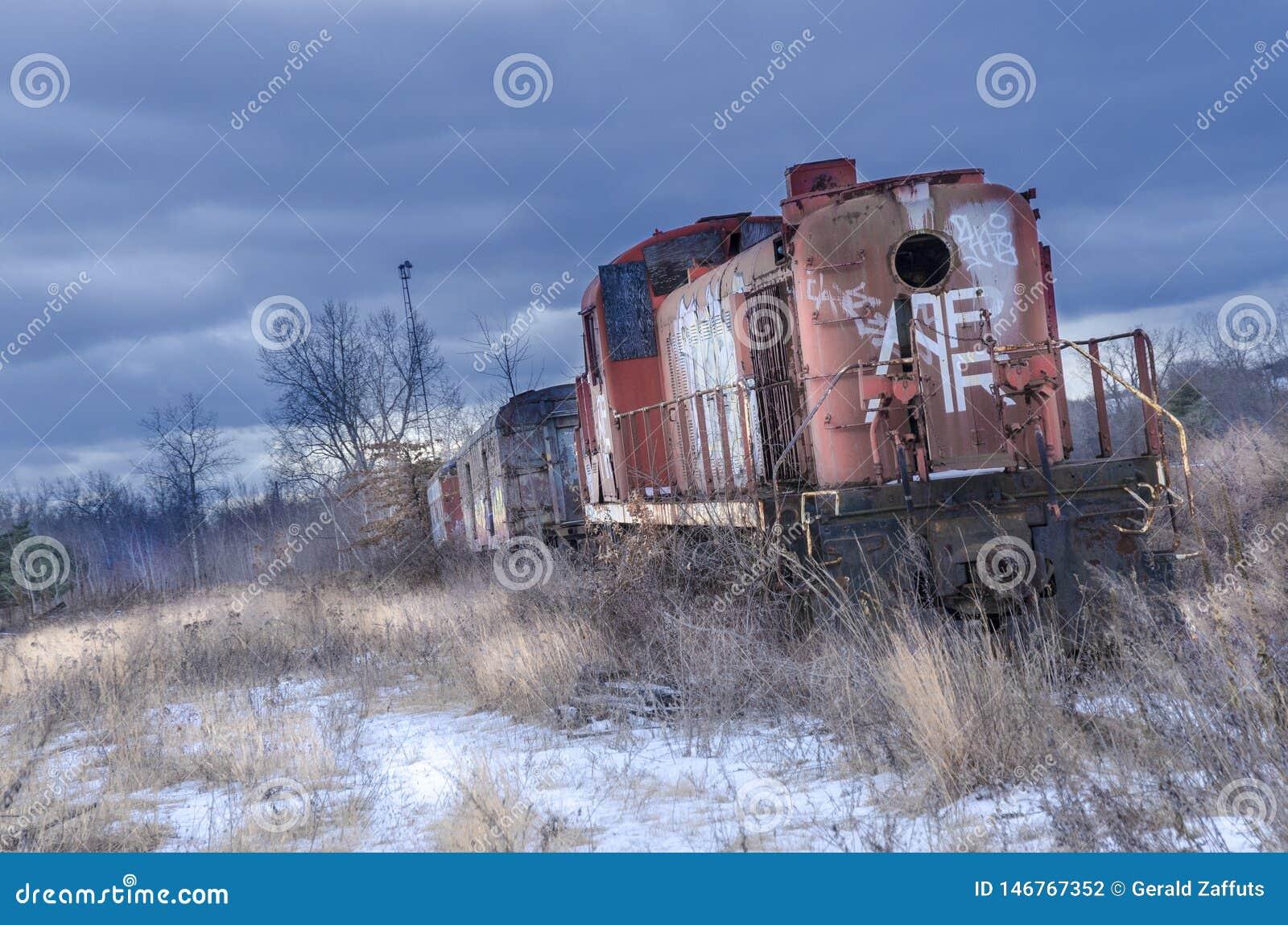 Rote verlassene Zuglokomotive im Winter mit Schnee