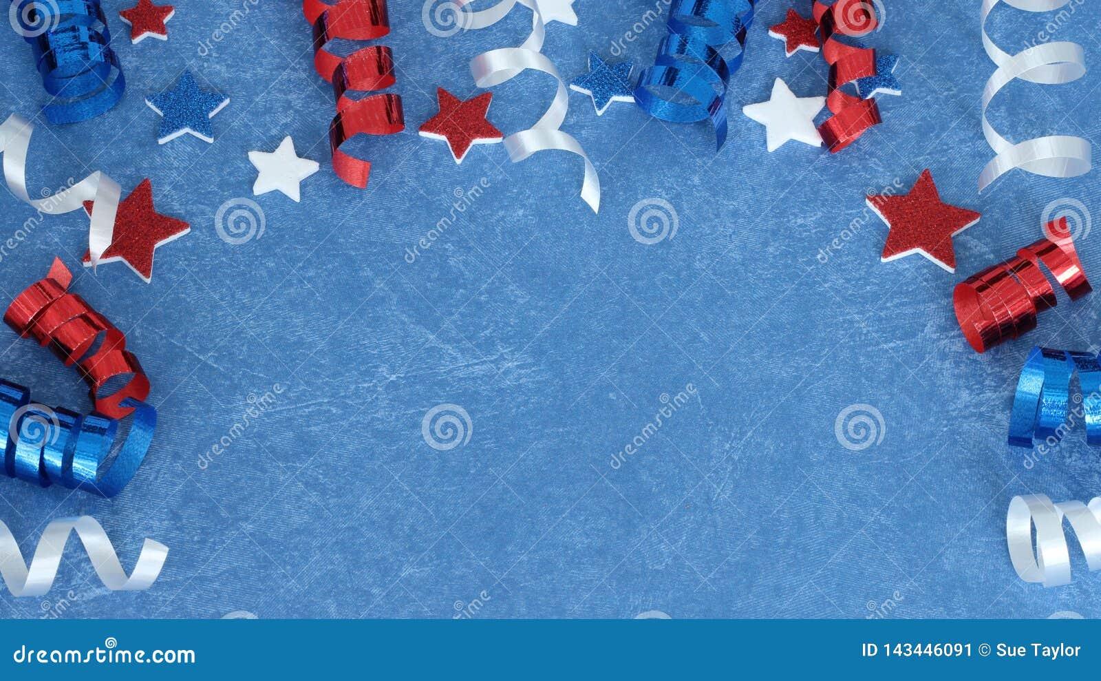 Rote weiße und blaue Sterne und Band auf blauem Hintergrund
