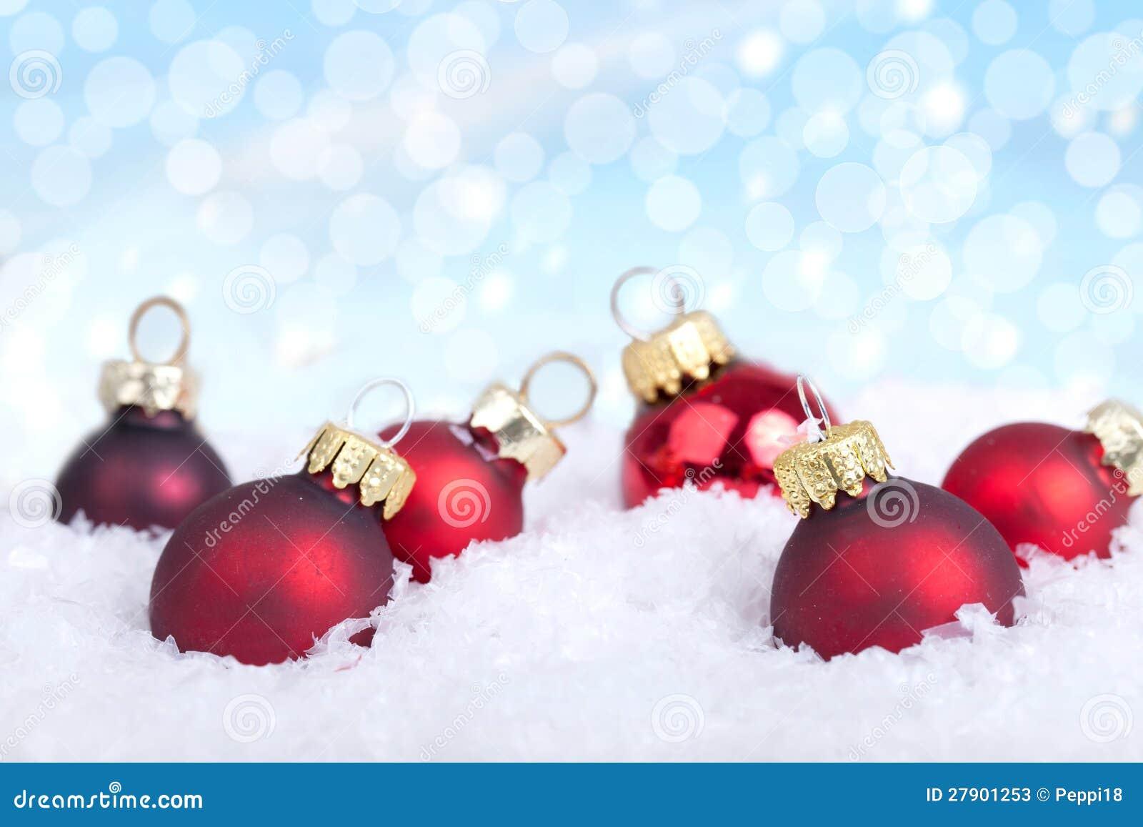 Rote weihnachtskugeln auf schnee stockbild bild 27901253 for Weihnachtskugeln bilder