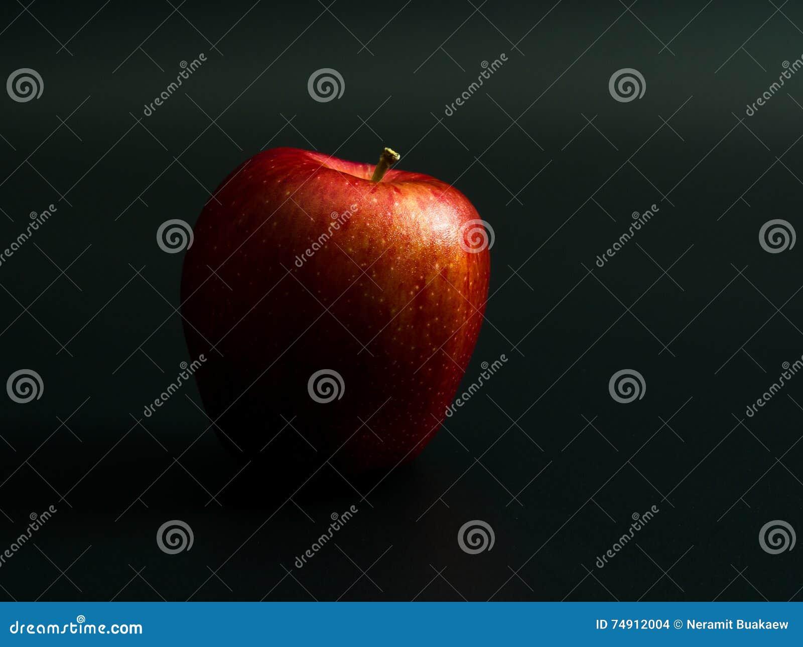 Roter Apfel Auf Einem Schwarzen Hintergrund Stockfoto - Bild von ...