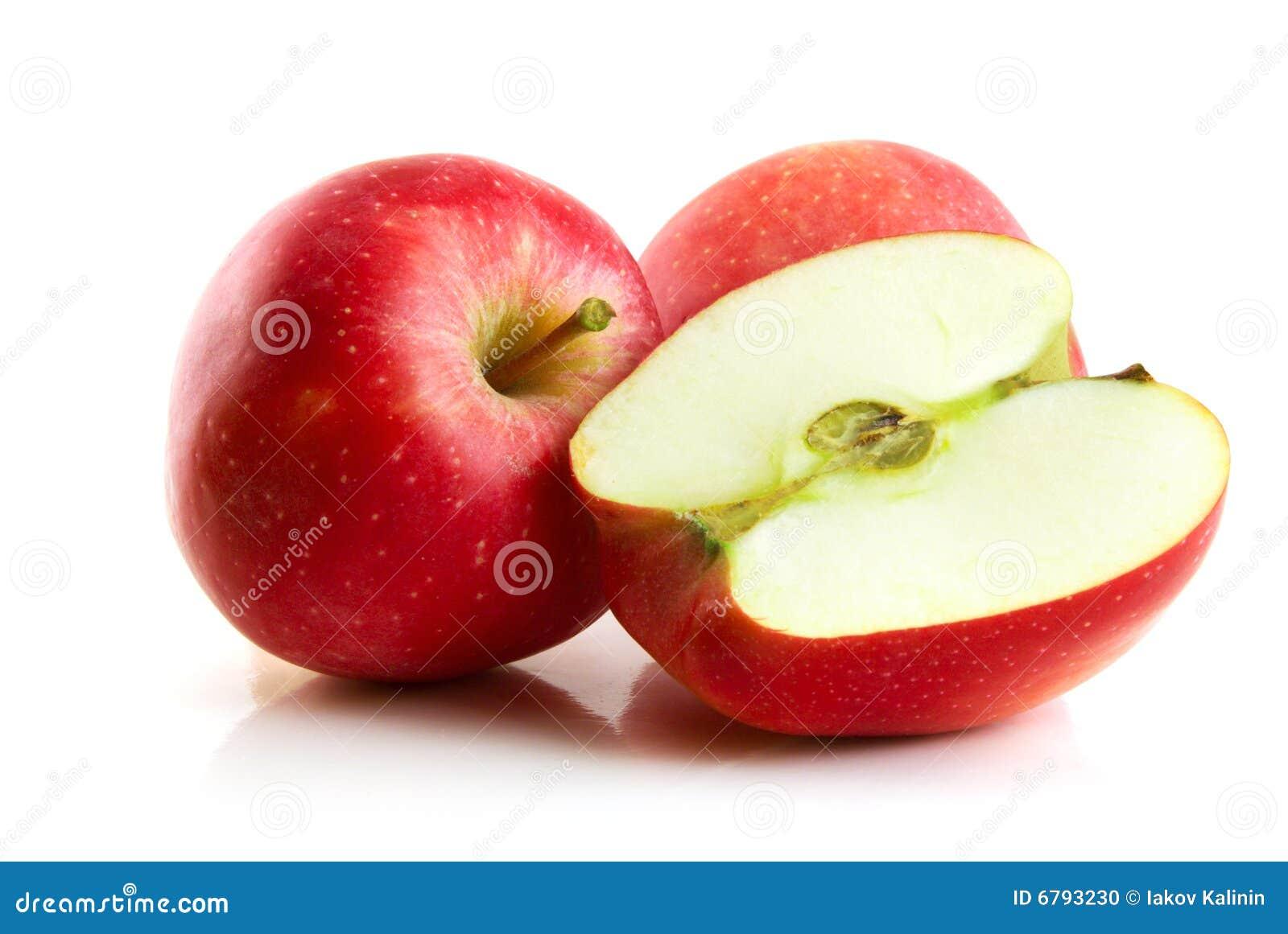 Roter Apfel getrennt auf Weiß