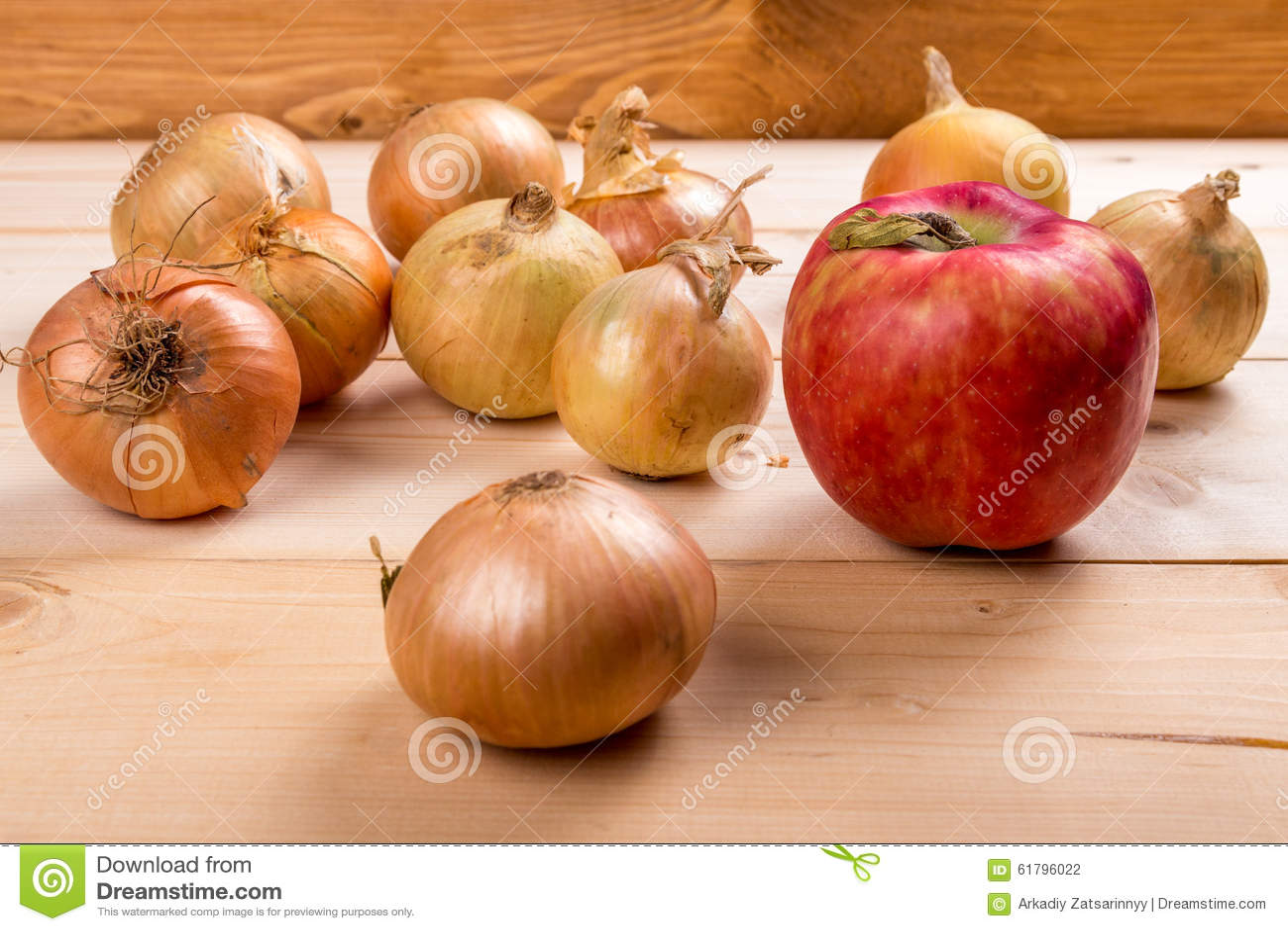 Roter Apfel und einige Zwiebeln