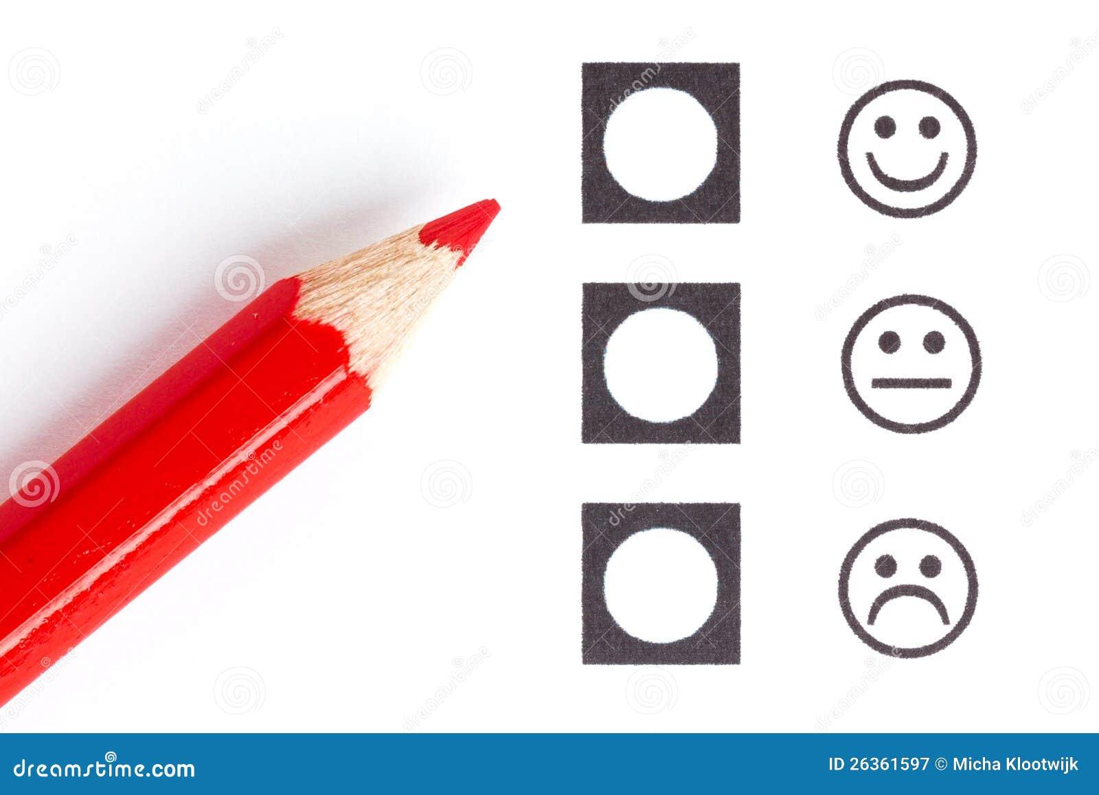 Roter Bleistift, der den rechten smiley wählt