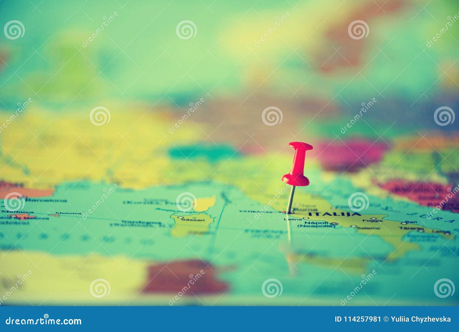 Roter Druckbolzen, Reißzwecke, Stift, der den Standort, Reisezielpunkt auf Karte zeigt Kopieren Sie Raum, Lebensstilkonzept