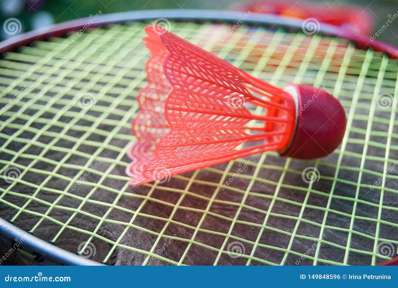 Roter Federball des Badminton