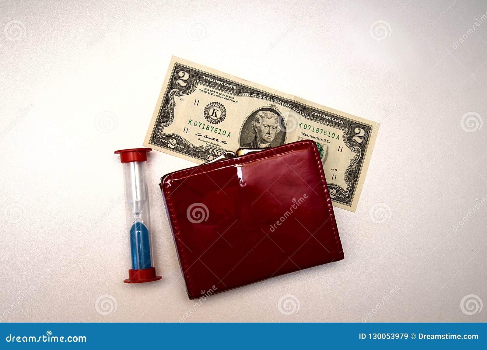 Roter Geldbeutel mit Geld auf einem weißen Hintergrund