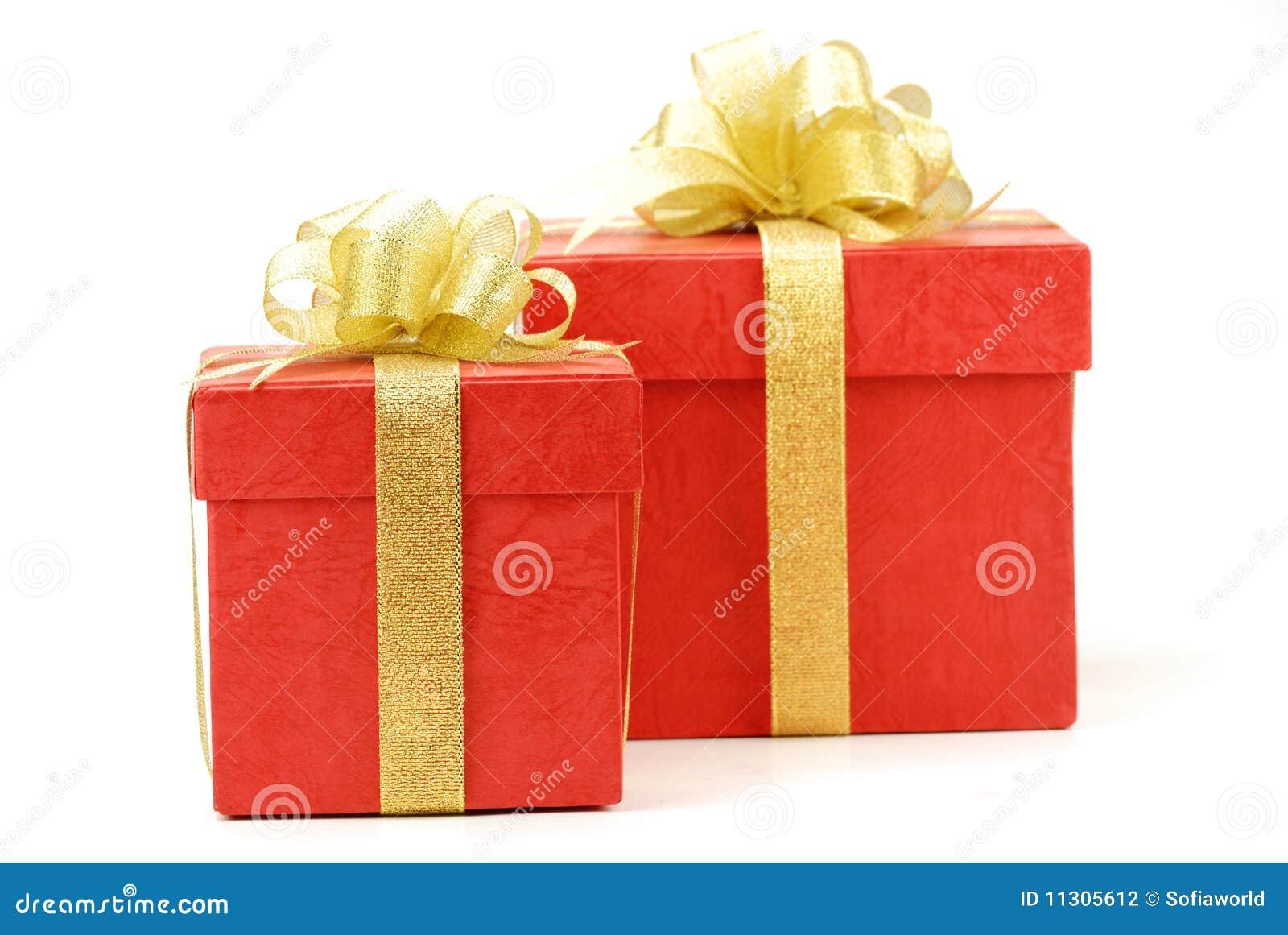 Roter Geschenkkasten getrennt auf dem weißen Hintergrund