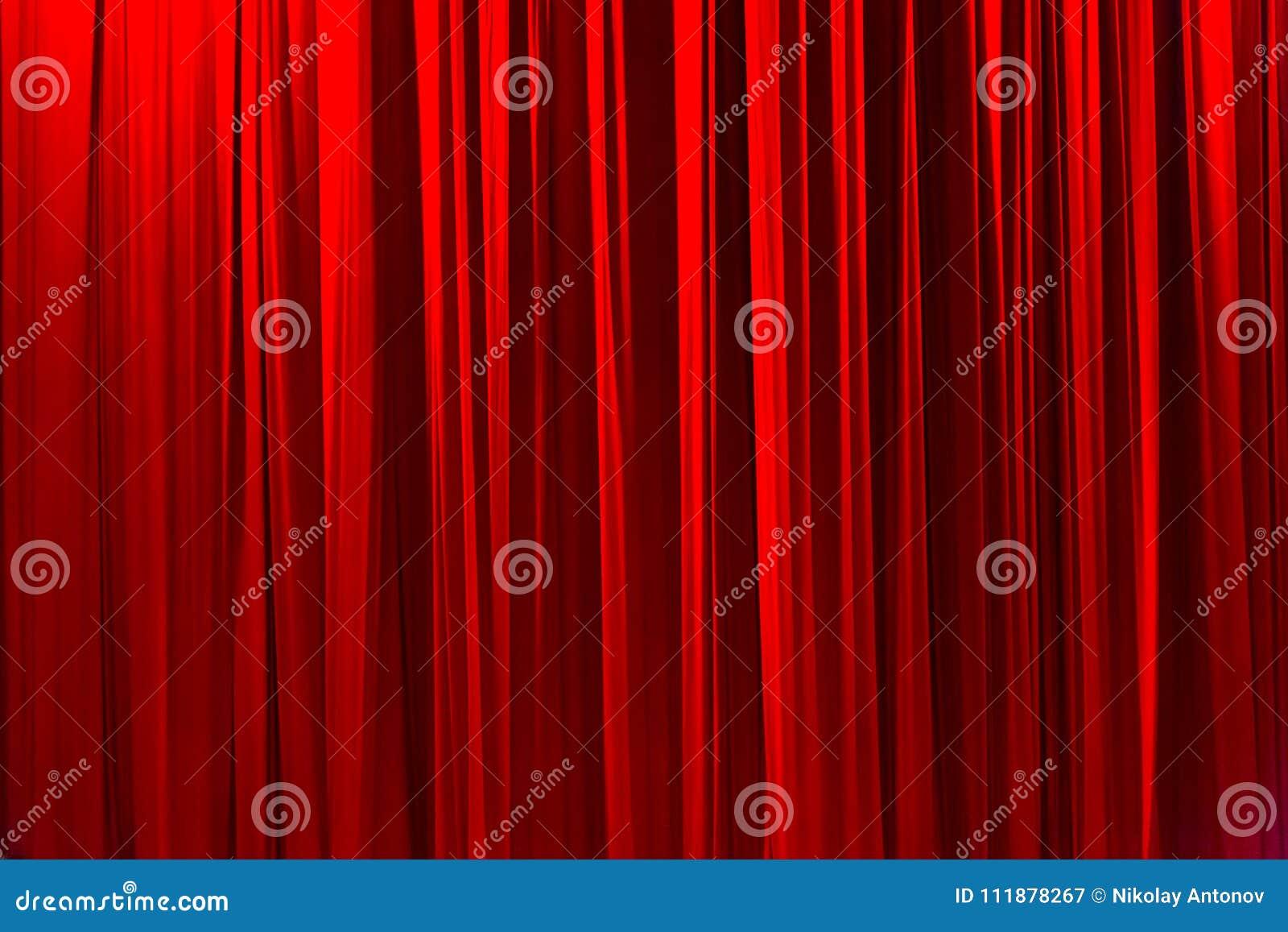 Roter gestreifter Vorhang im eleganten Beschaffenheitshintergrund des Theaters
