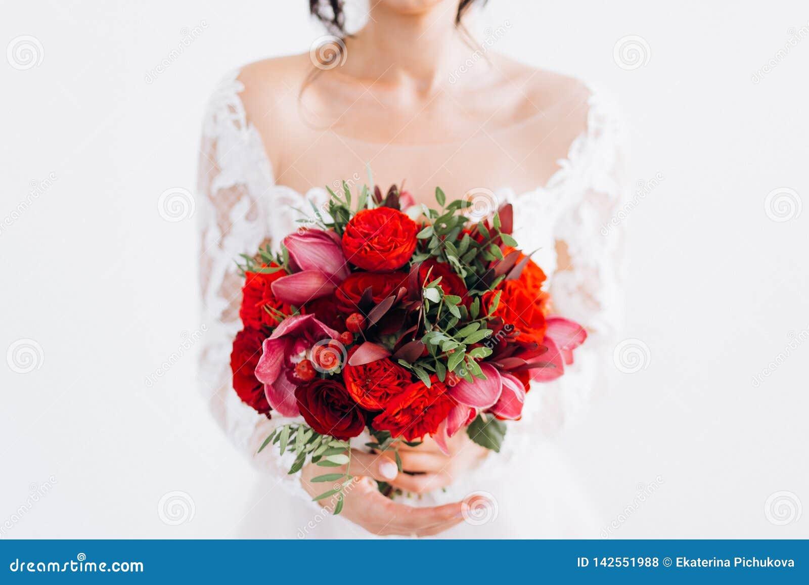 Roter heiratender Brautblumenstrauß
