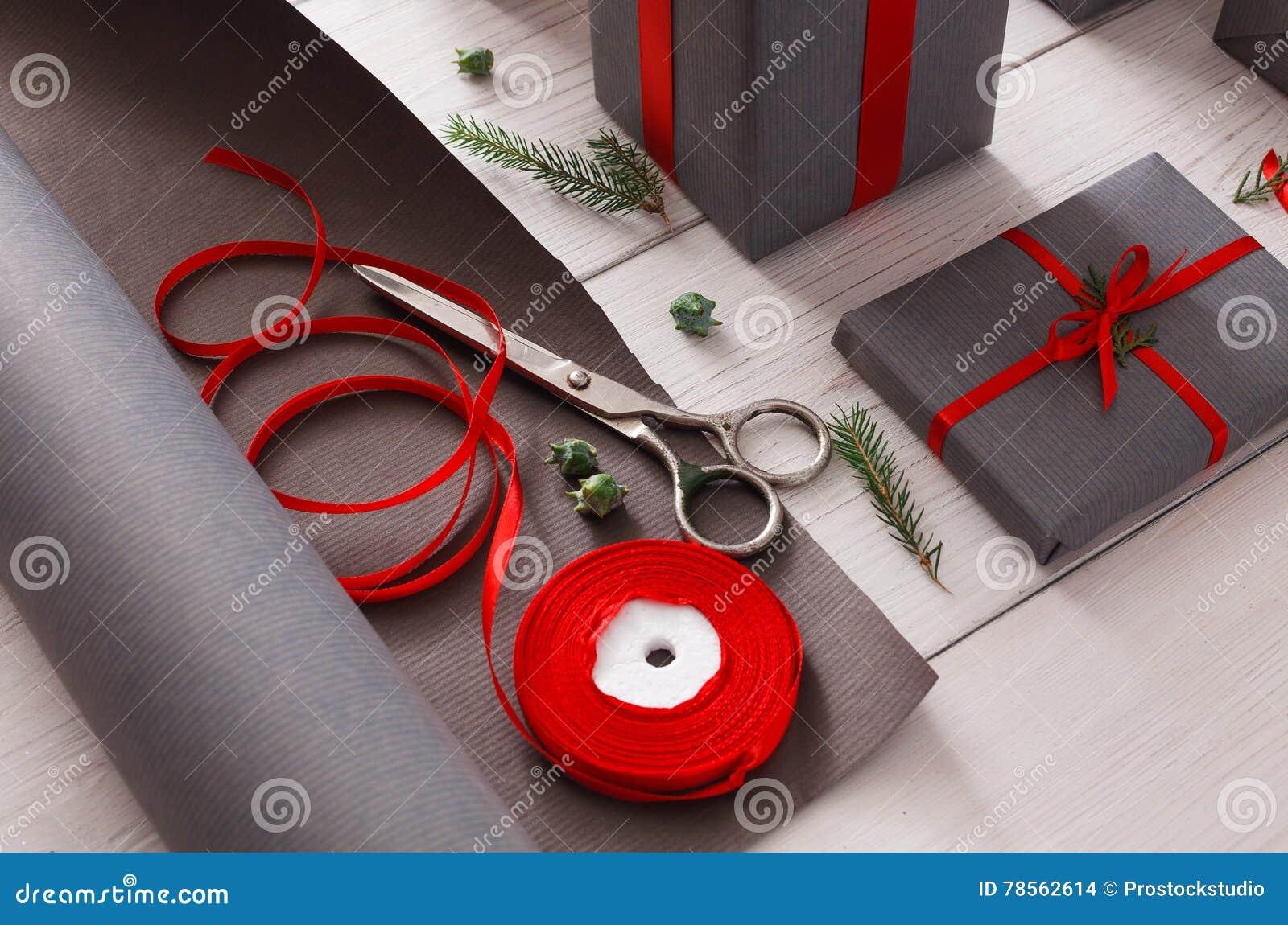 Roter Kasten Mit Bogen Verpackendes Modernes Weihnachtsgeschenk In ...