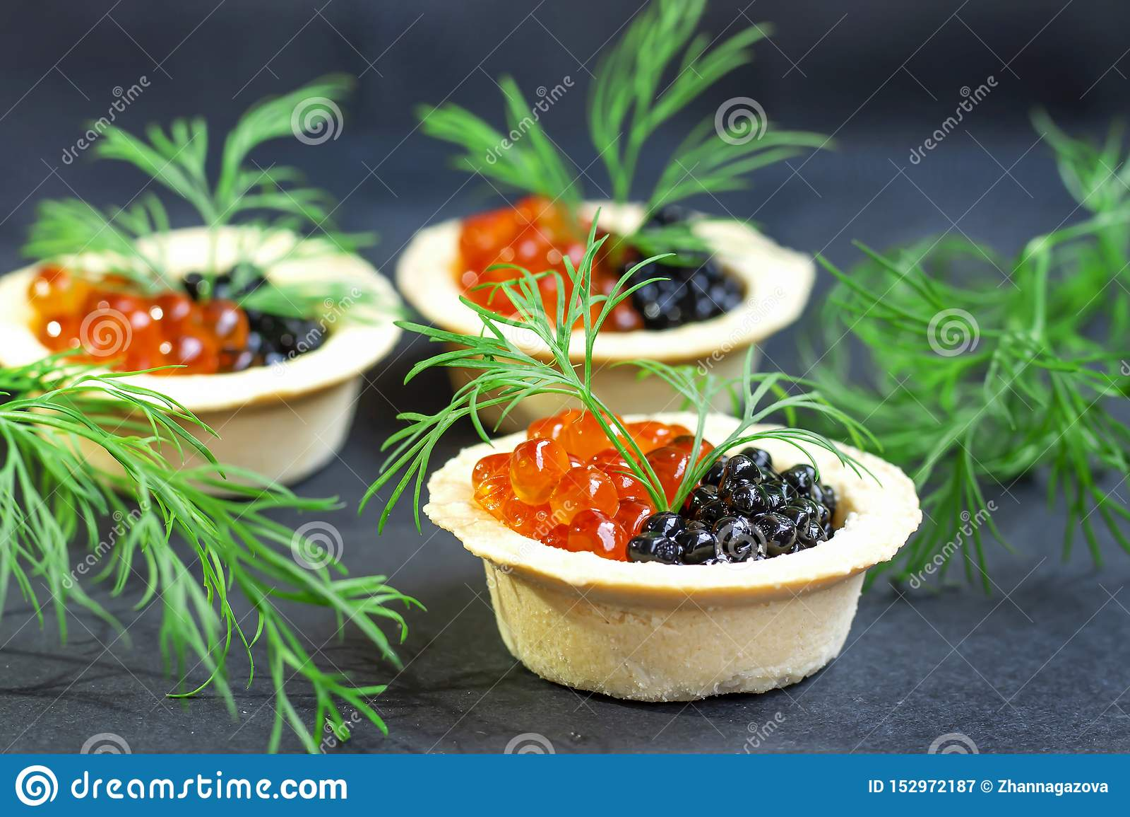 Roter Kaviar und schwarzer Kaviar ist in den Tartlets