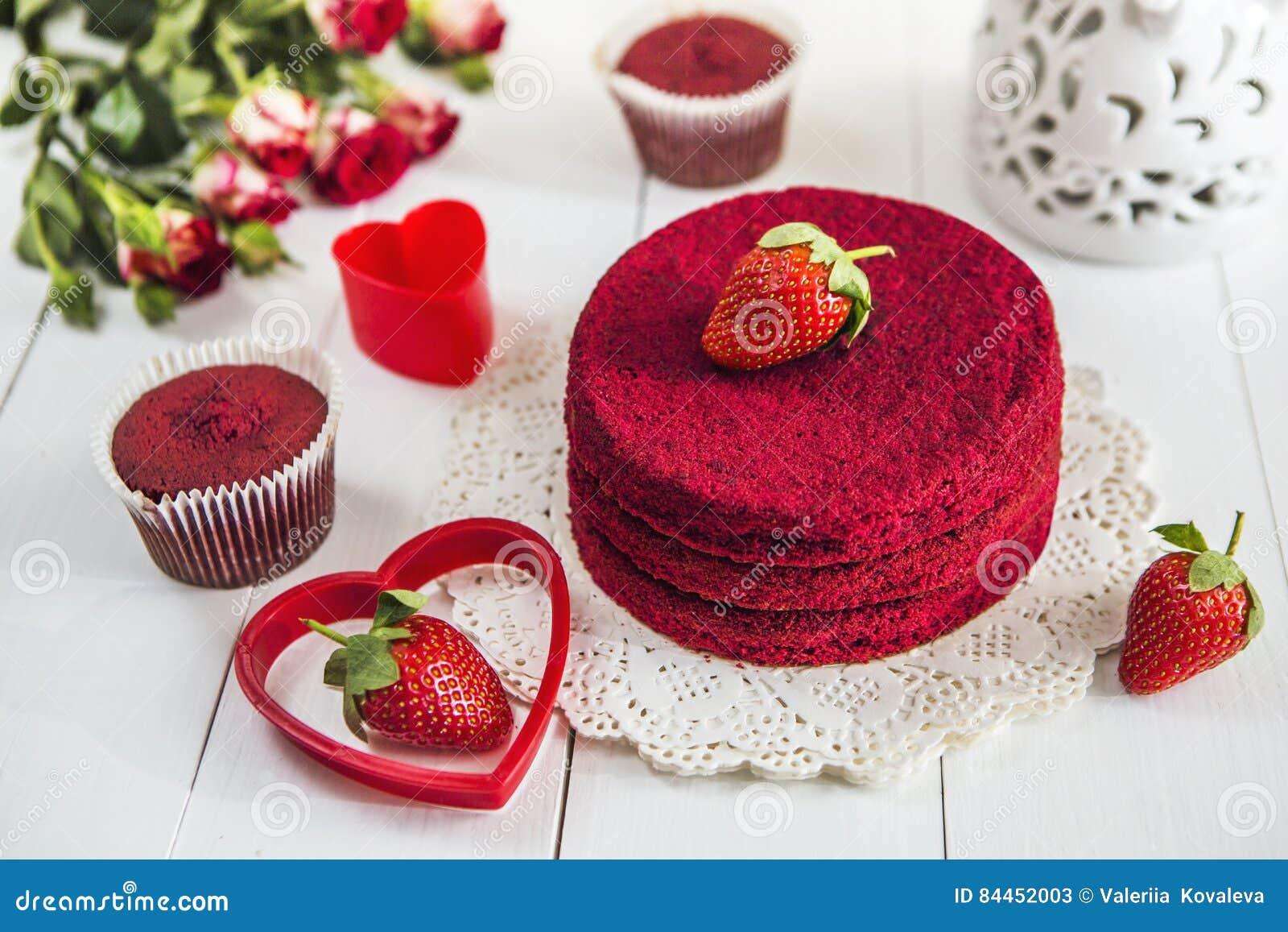roter kuchen ohne sahne rotes samt auf einem wei en holztisch verziert mit erdbeeren rosen. Black Bedroom Furniture Sets. Home Design Ideas