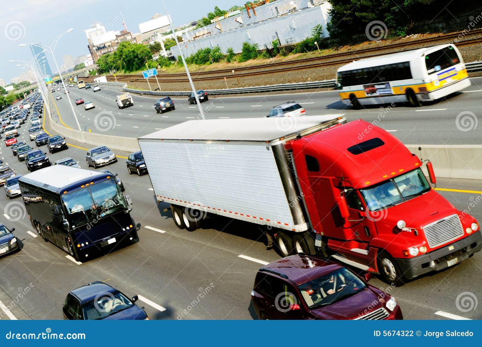 Roter LKW in der Datenbahn