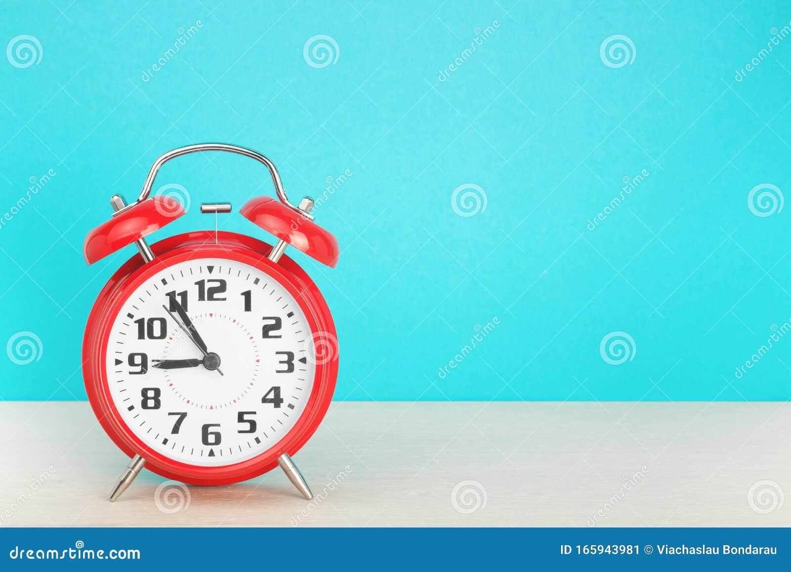 roter retrowecker mit fünf minuten bis neun uhr auf