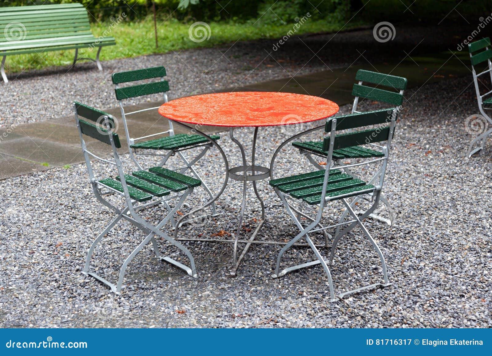 Roter Rundtisch Mit Stühlen Draußen Am Regentag Stockbild - Bild von ...