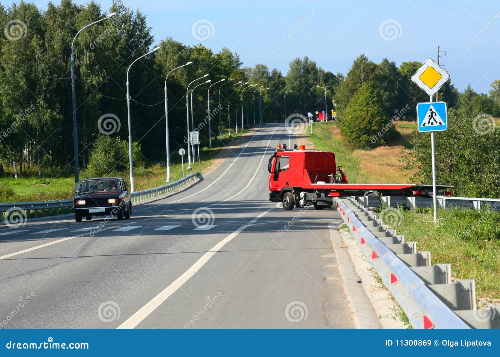 Roter Schleppseil-LKW. Verkehrsschilder