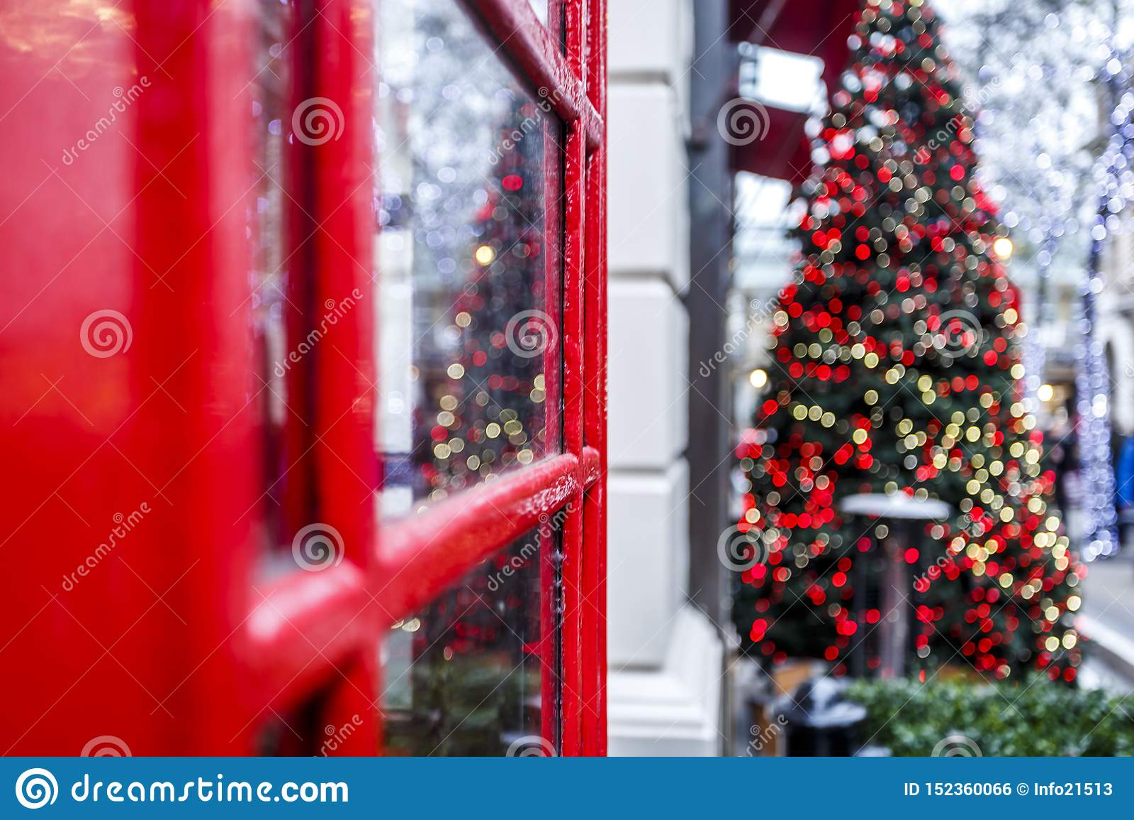 Roter Telefonkasten Londons und Weihnachtsbaum