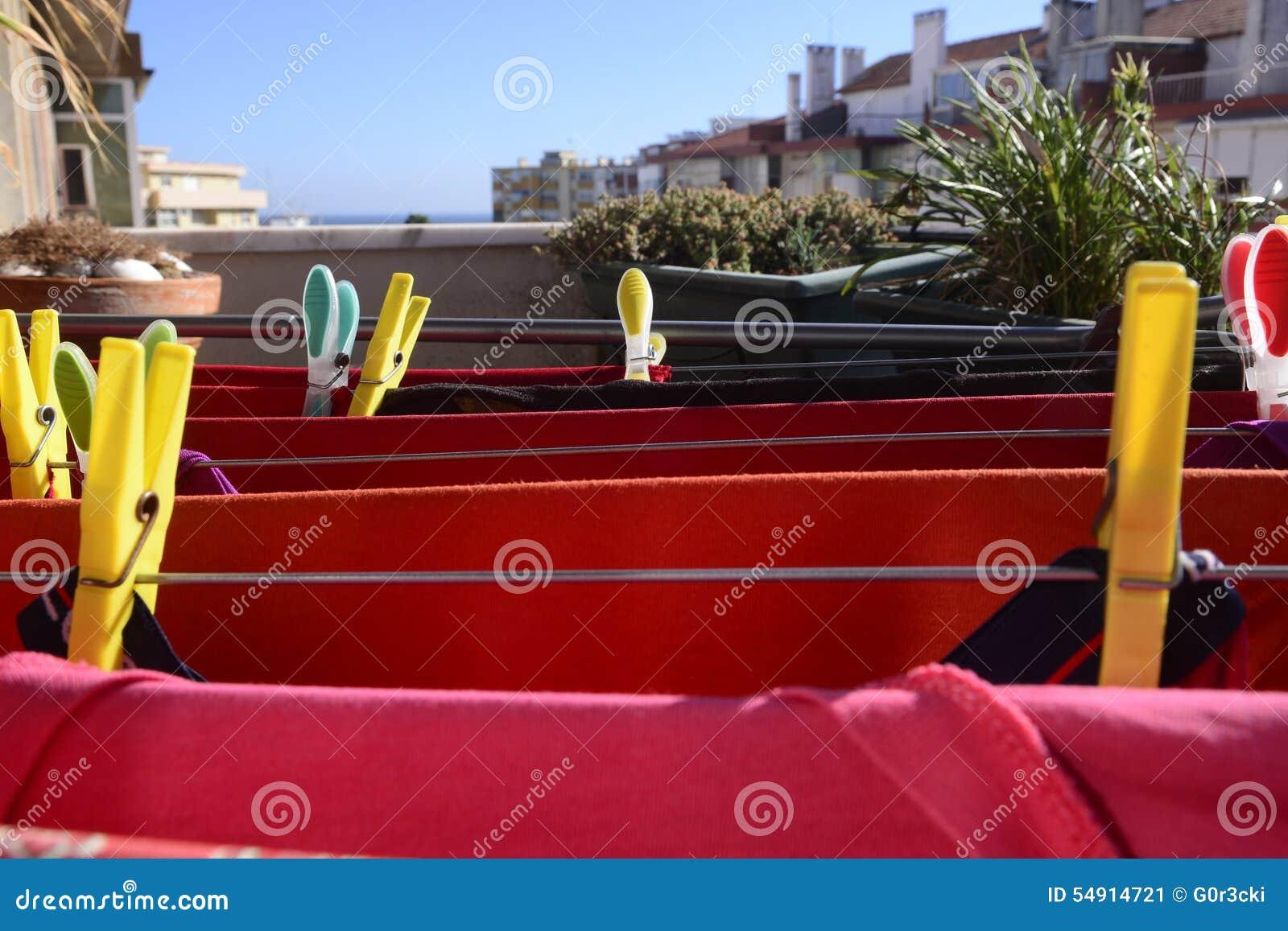 Roter wäscherei trockner bunte stifte hauptanlagen balkon