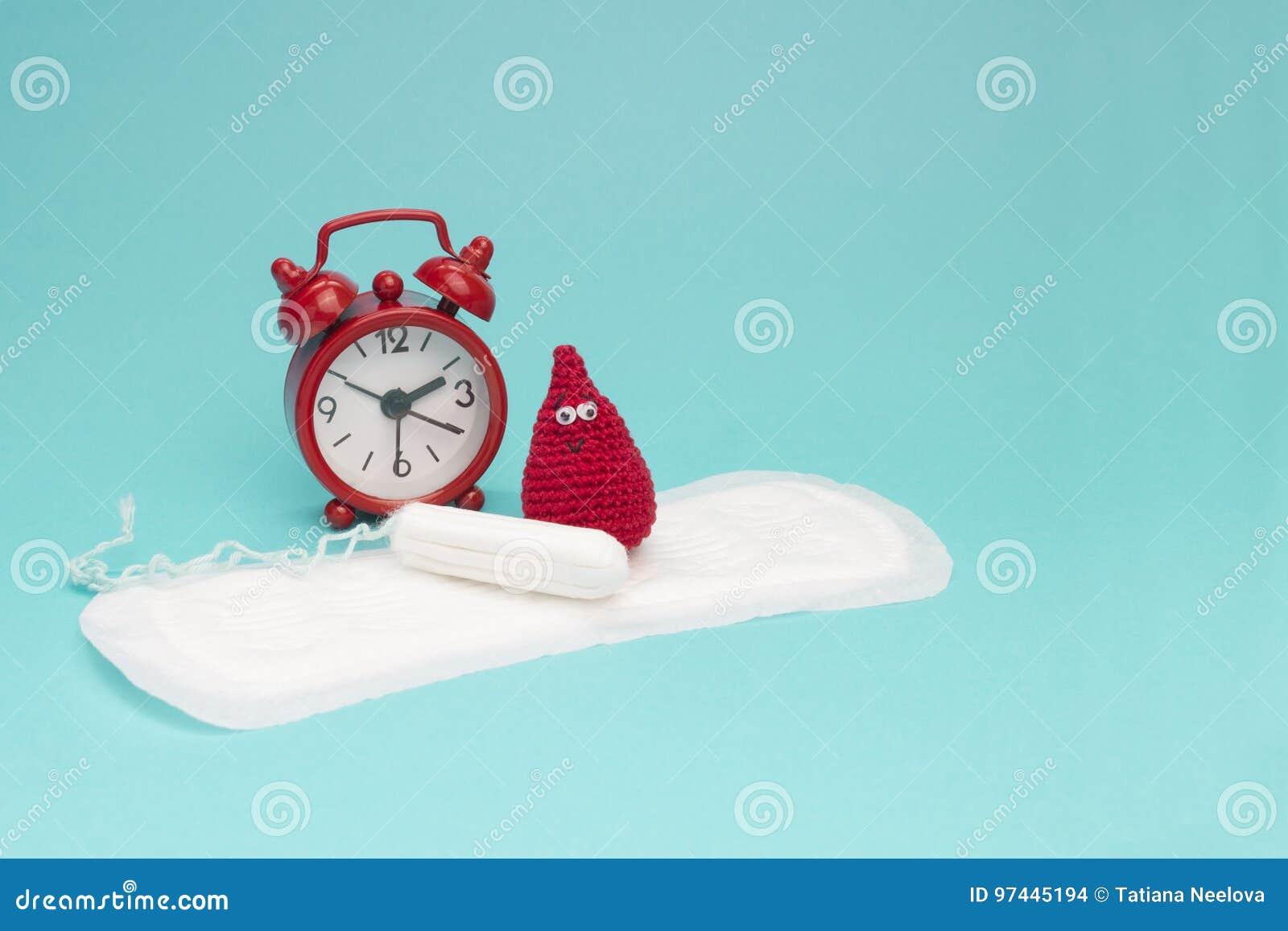 Roter Wecker, träumerischer Lächelnhäkelarbeitblutstropfen, tägliche Monatsauflage und Tampon Gesundheitliche Frauenhygiene der M