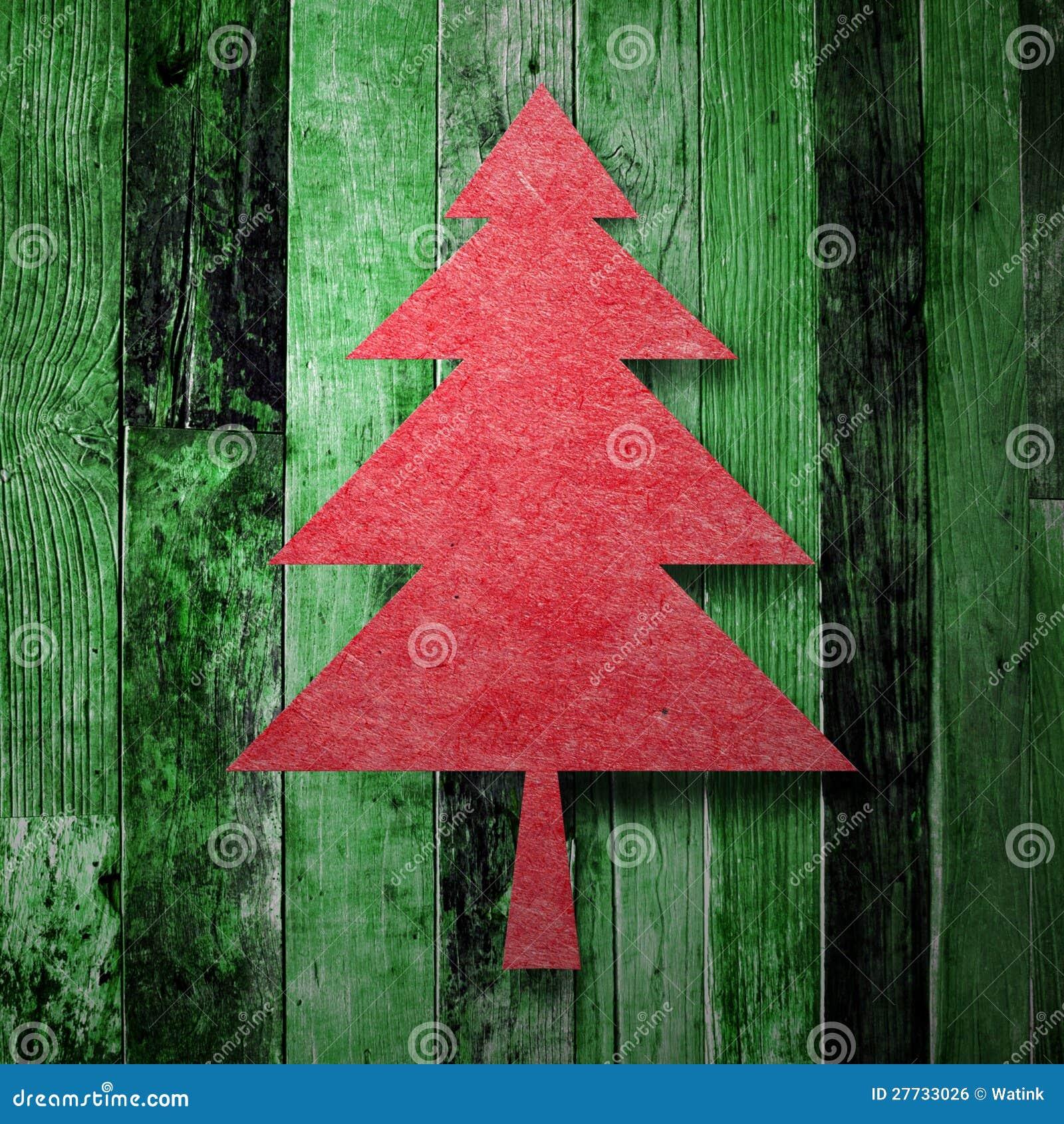 Roter Weihnachtsbaum auf grüner hölzerner Beschaffenheit