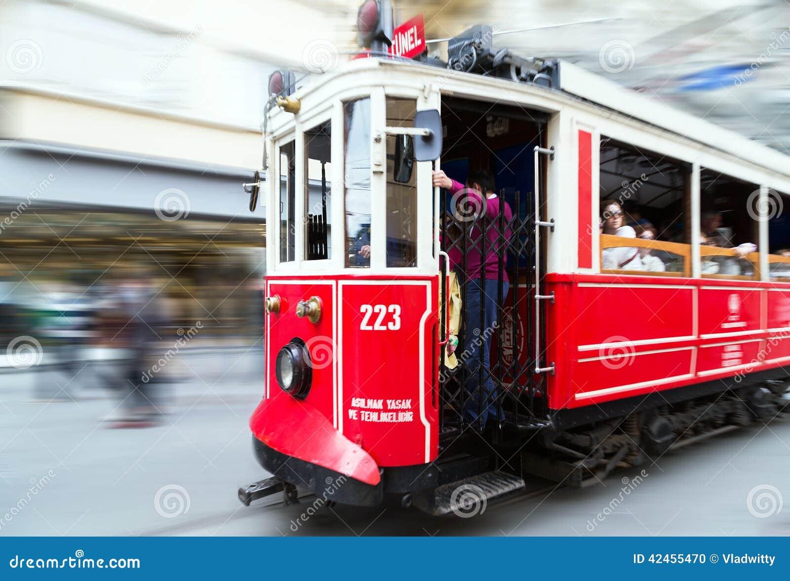Roter Weinleseförderwagen in Istanbul