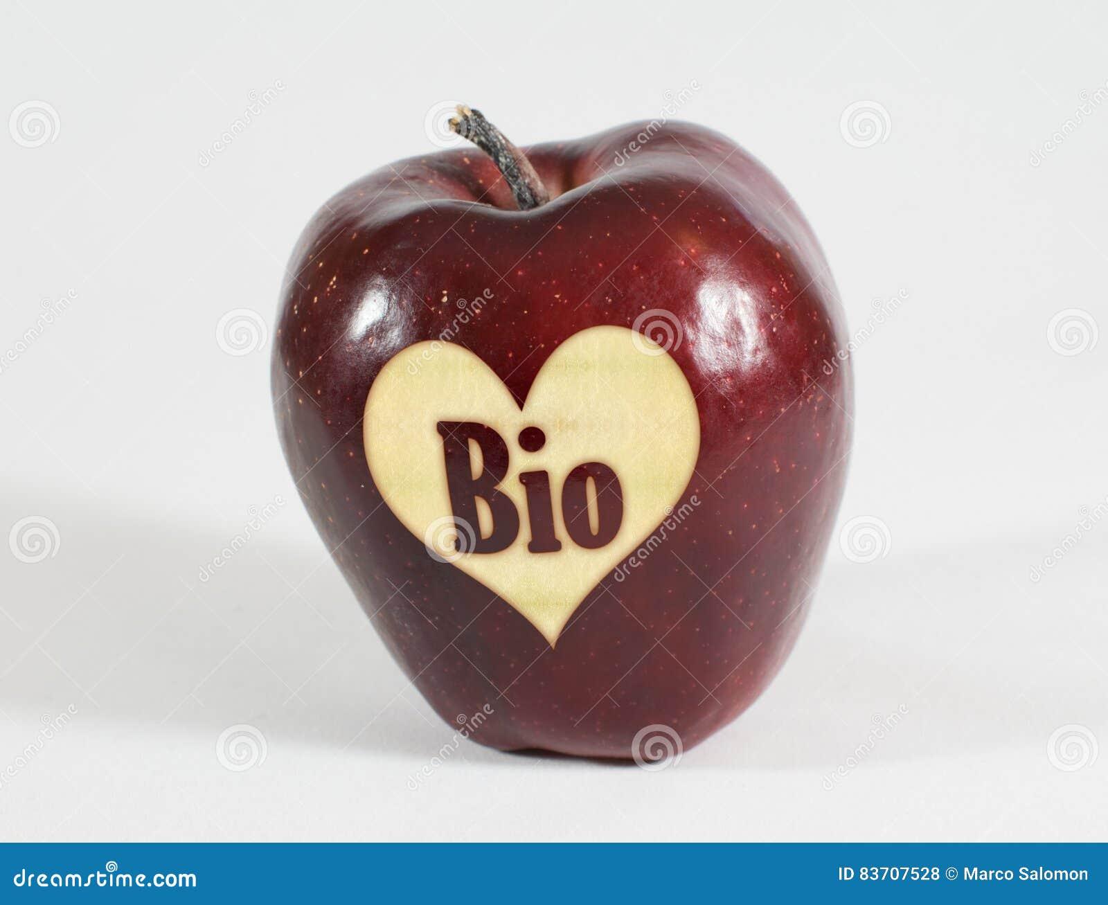 Rotes Apple mit einem Herzen und die Aufschrift Bio