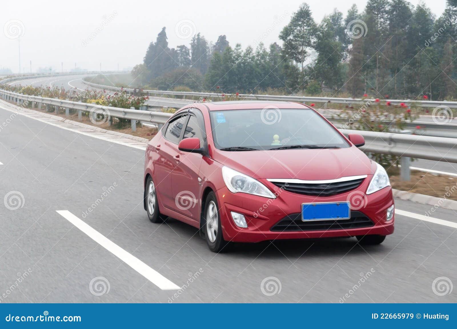 Rotes Auto auf Datenbahn