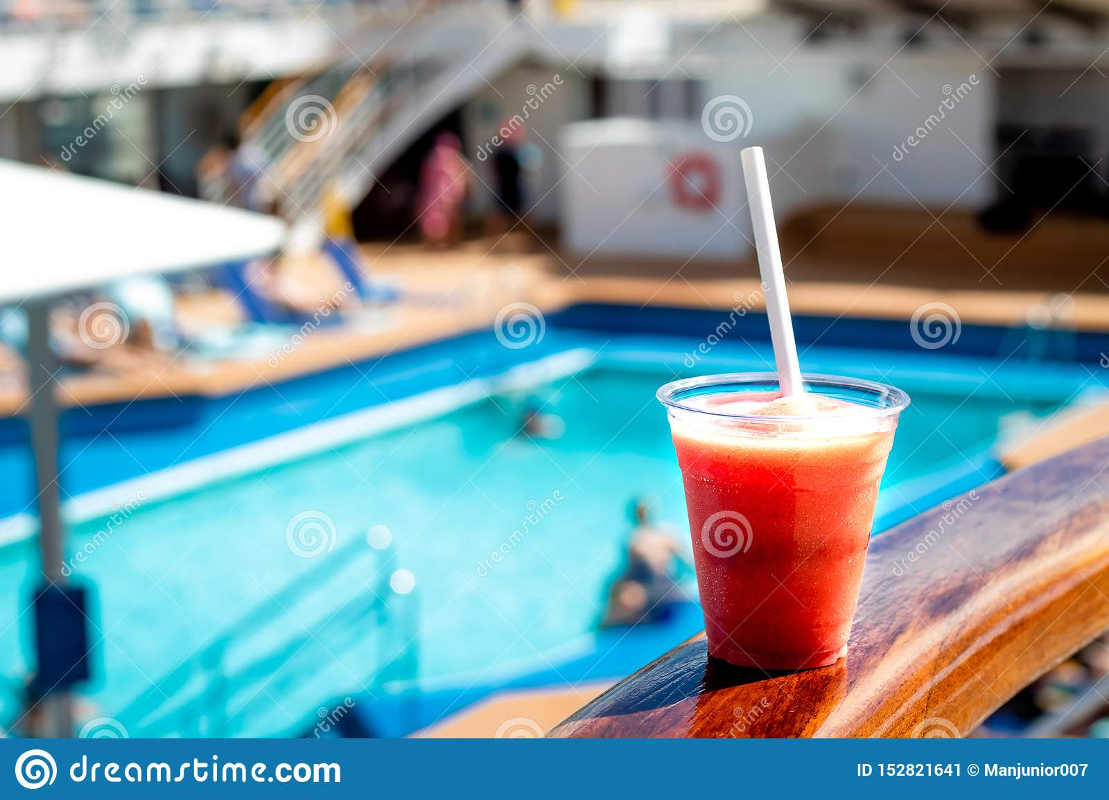 Rotes Cocktailgetränk im Pool