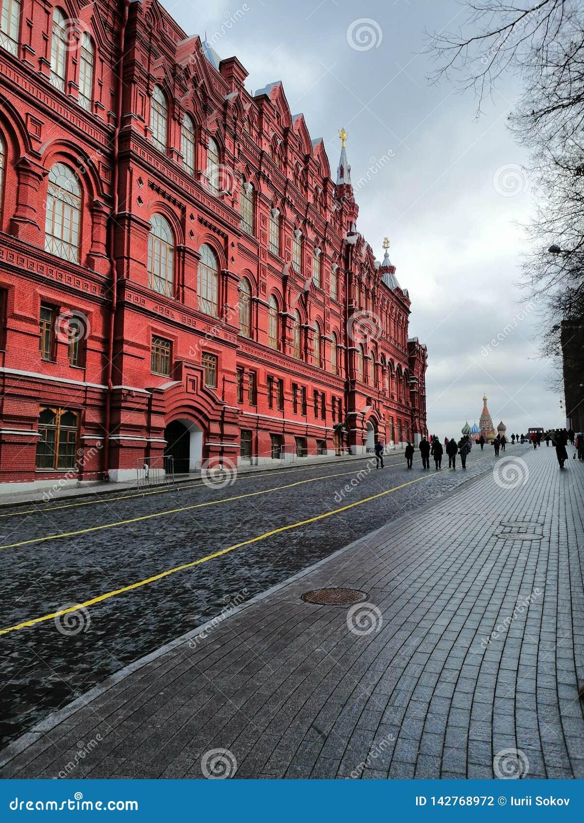 Rotes Gebäude und Pflasterung