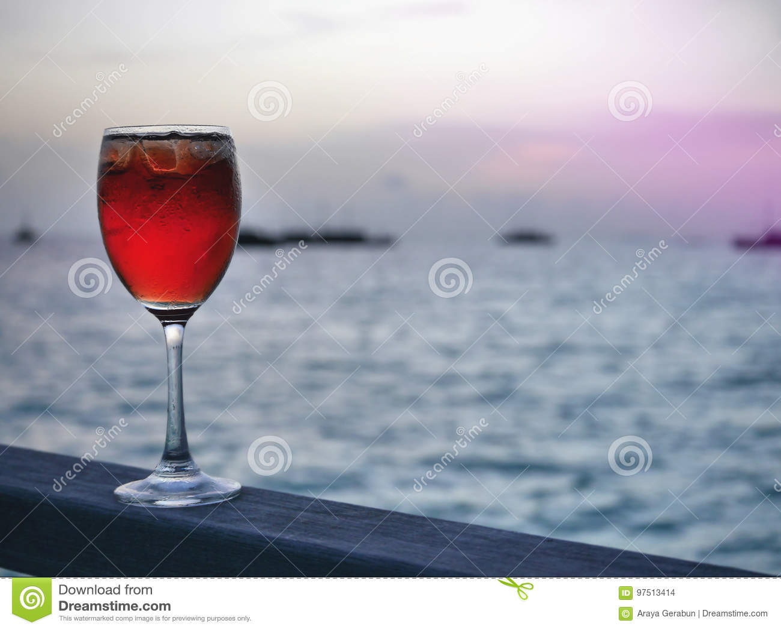 Rotes Gefrorenes Kaltes Getränk Im Weinglas Auf Hölzernem Stück Mit ...