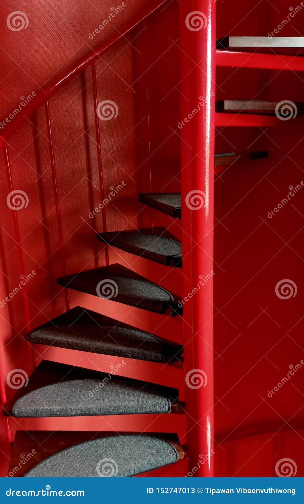 Rotes gewundenes Treppenhaus