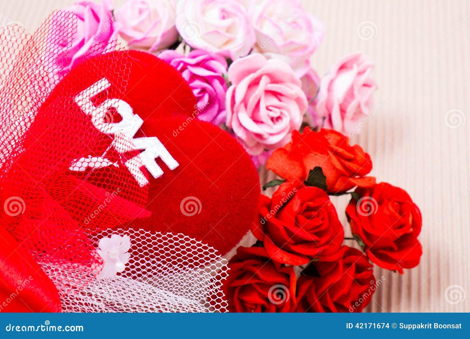 rotes herz mit liebeswort und rosen stockfoto  bild von