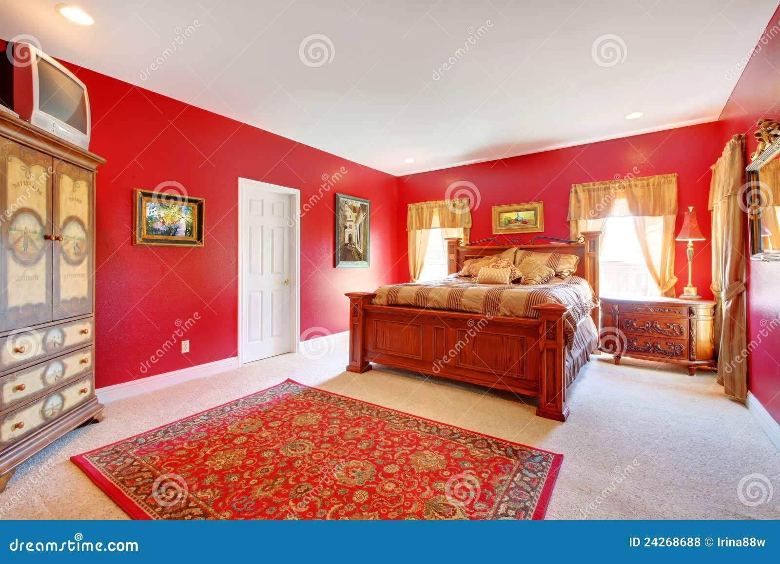 Rotes Klassisches Schlafzimmer Mit Großem Bett. Stockfoto - Bild von ...