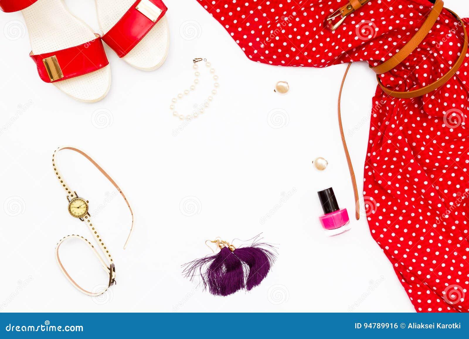 Rotes Kleid, Schuhe, Uhren, Nagellack Und Ohrringe Auf Einem Weißen ...