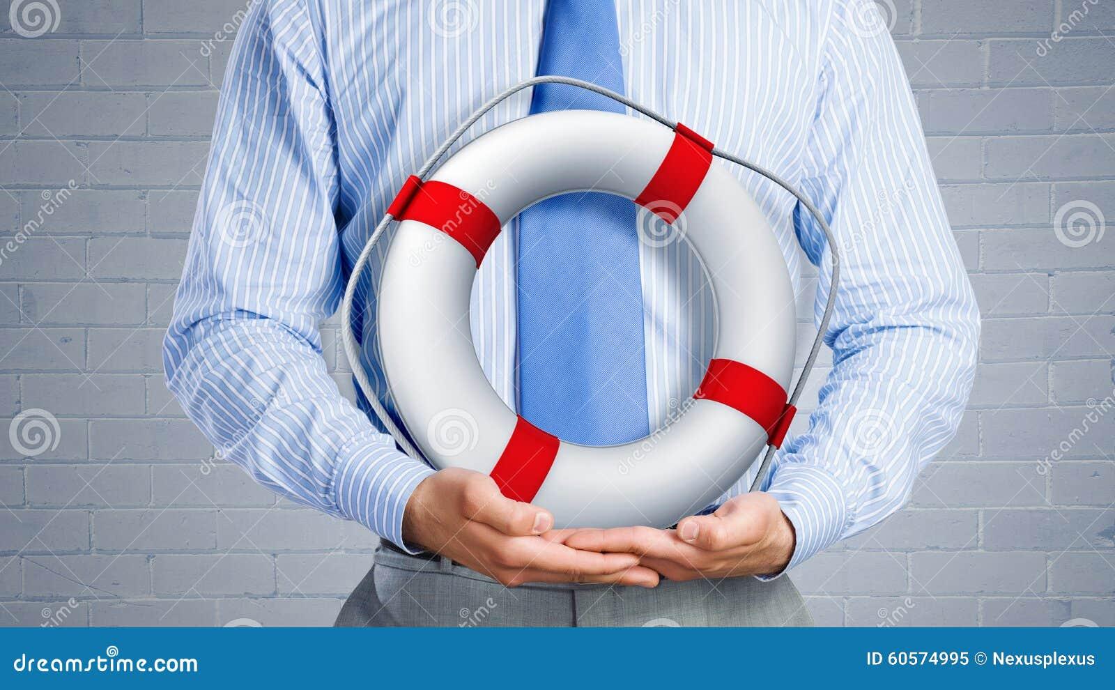 Rotes lifebuoy mit dem Menschen getrennt auf weißem Hintergrund