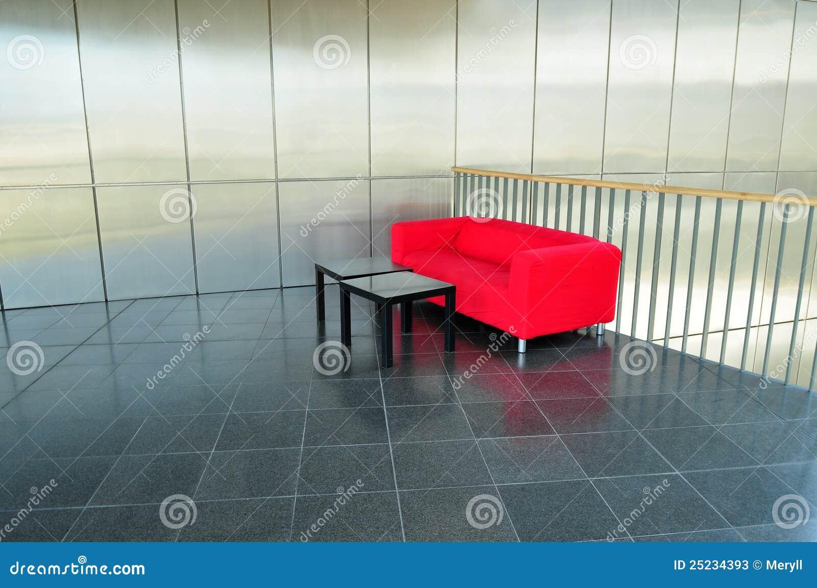 Rotes Sofa, Moderner Innenraum Stockbild - Bild von halle, niemand ...