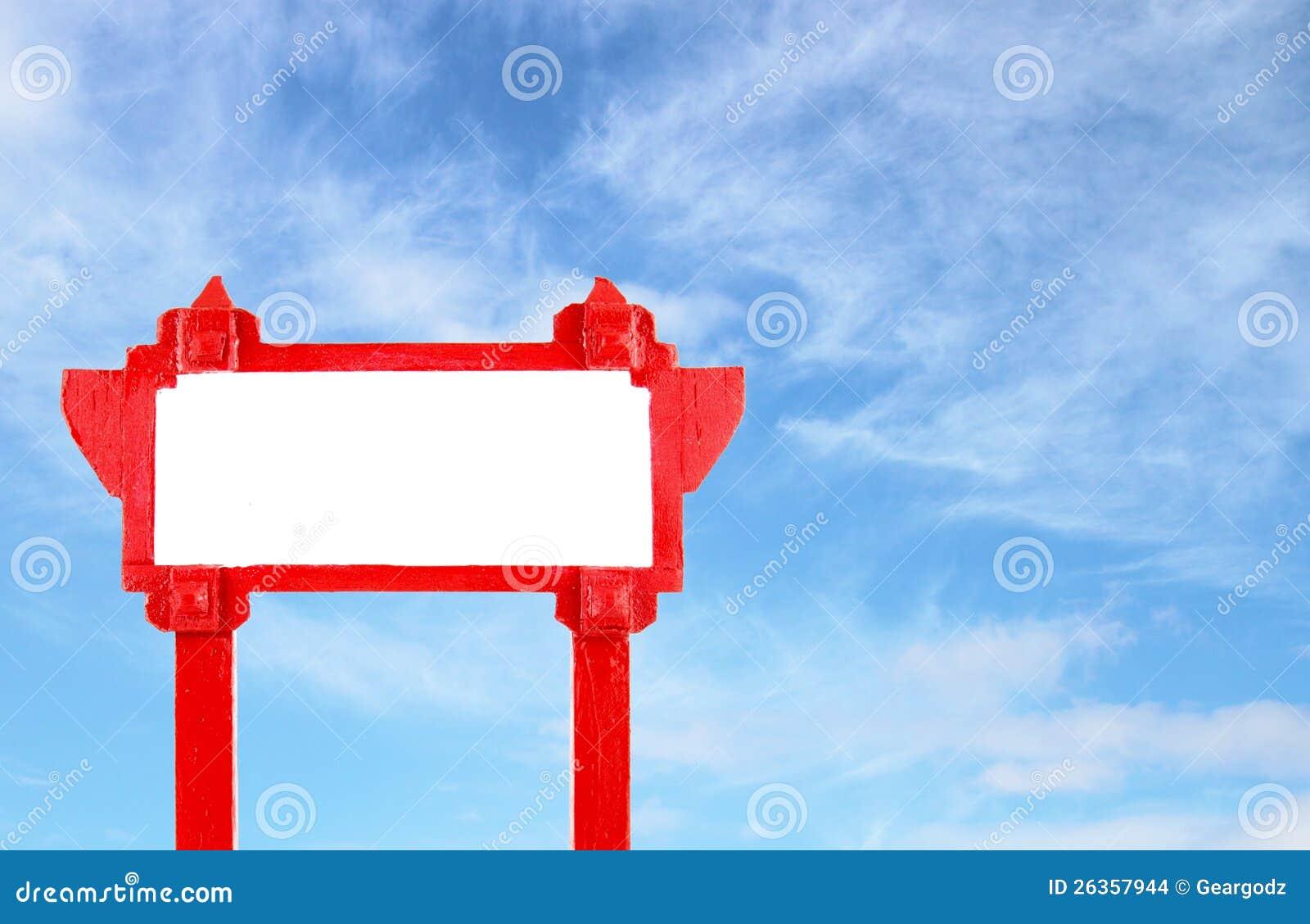 Rotes unbelegtes hölzernes Zeichen mit blauem Himmel