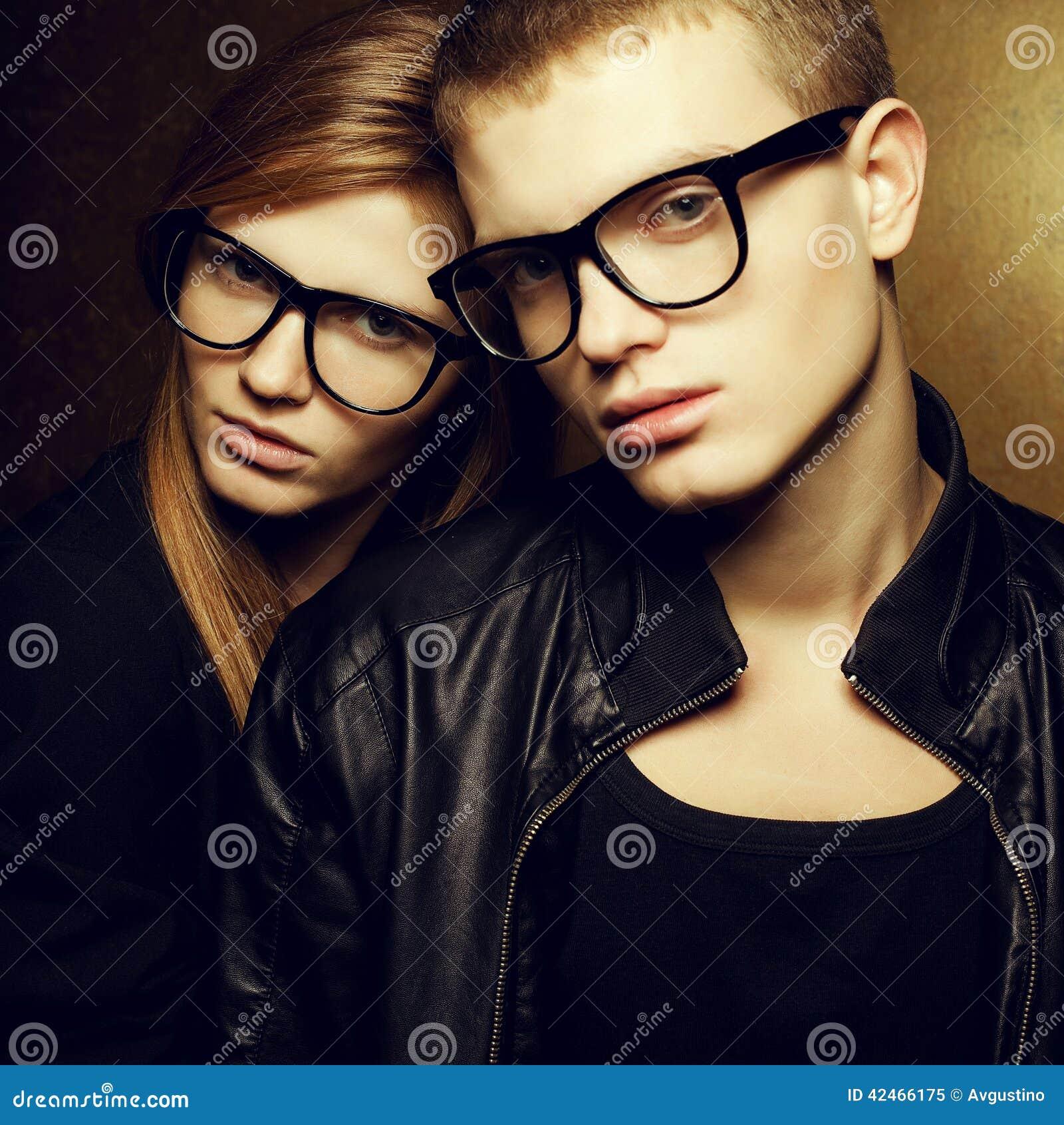 Rothaarige Modezwillinge im modischen Eyewear