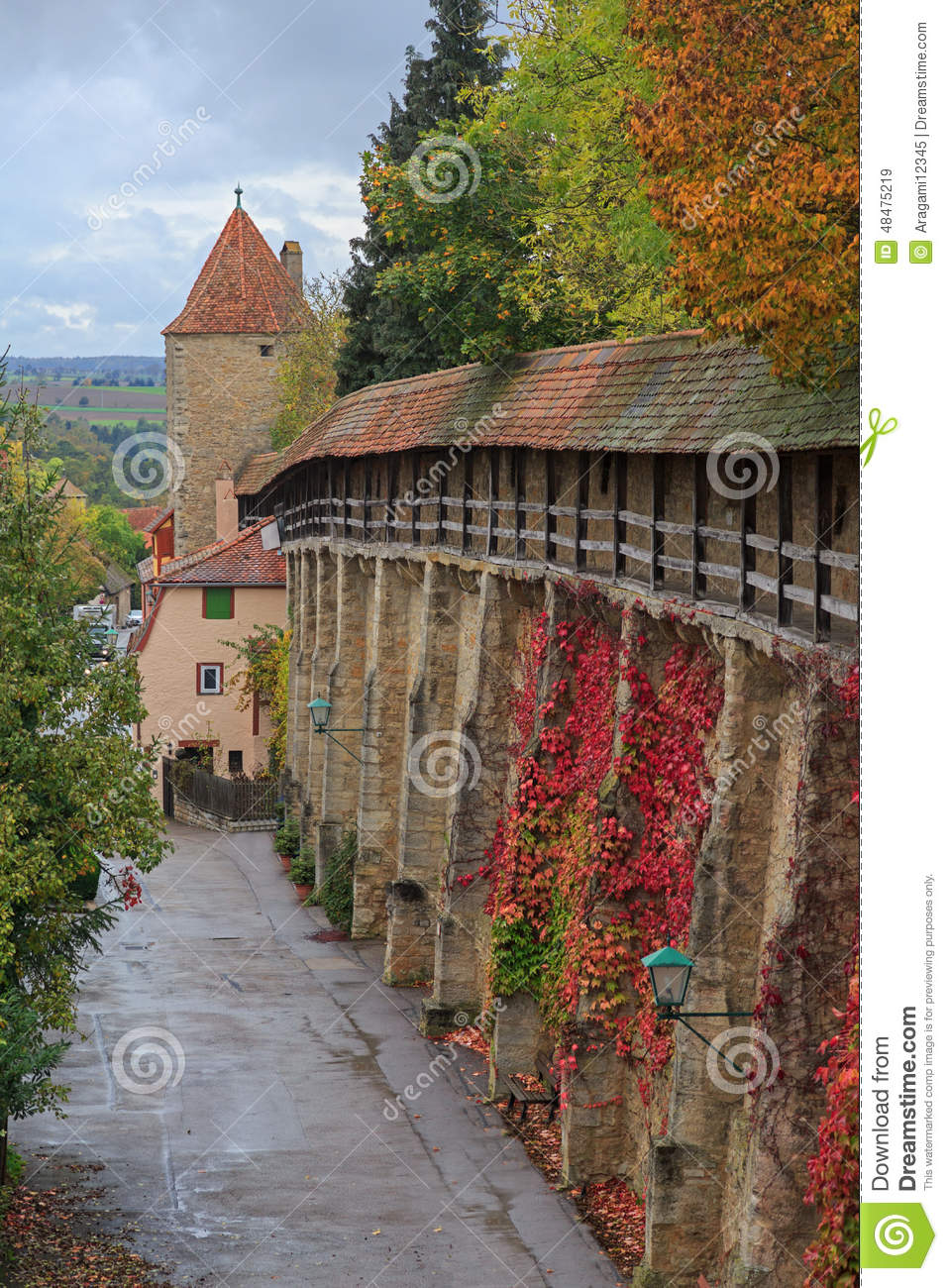 Rothenburg en la pared y la torre del castillo de Tauber