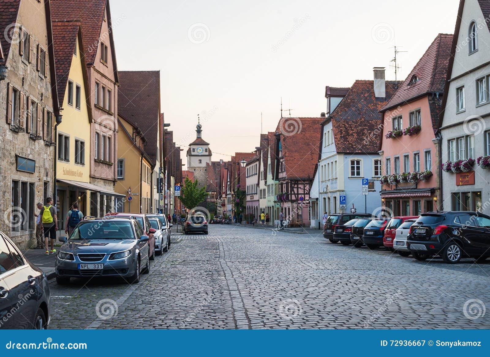ROTHENBURG-OB-DER-TAUBER, ALLEMAGNE - JUILLET, 19 Vue de rue avec les bâtiments médiévaux, les voitures et les personnes inconnue