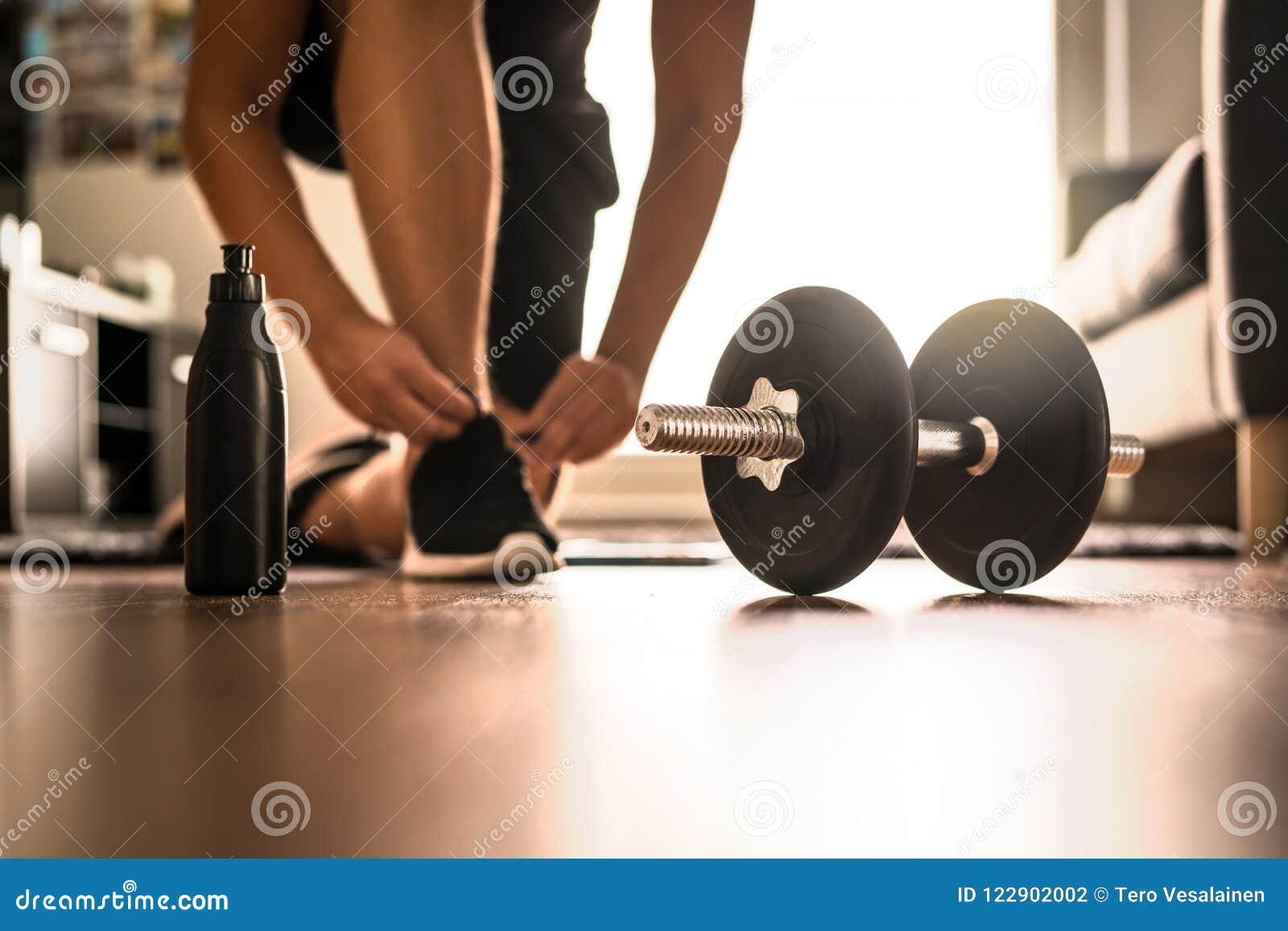 Rotina do exercício da manhã no gym home