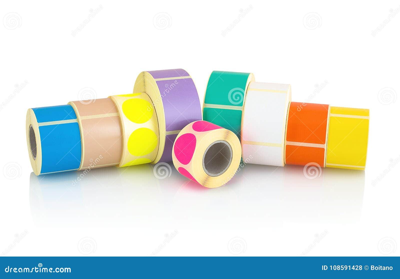 Rotoli colorati dell etichetta isolati su fondo bianco con la riflessione dell ombra Bobine di colore delle etichette per le stam