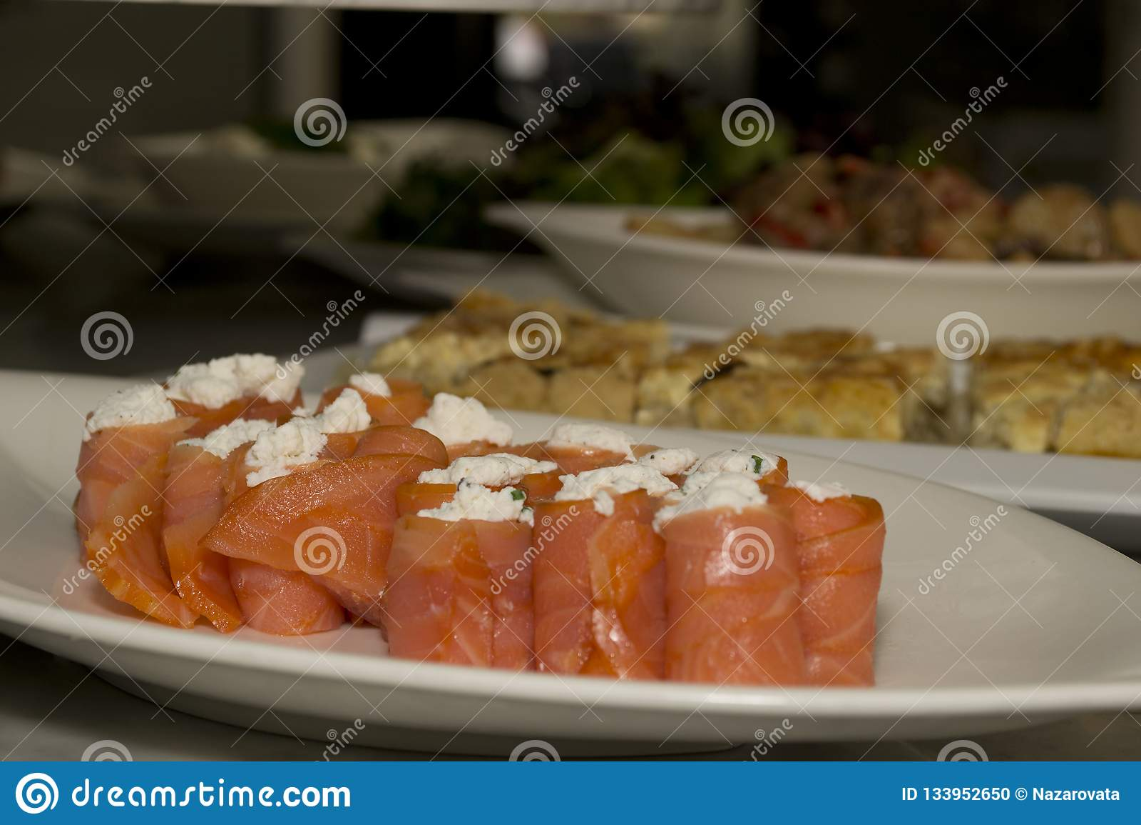 Rotoli di color salmone su un piatto