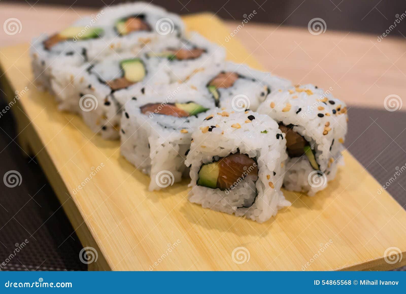 Rotoli di sushi di Uramaki con il salmone, l avocado ed il formaggio  freschi di